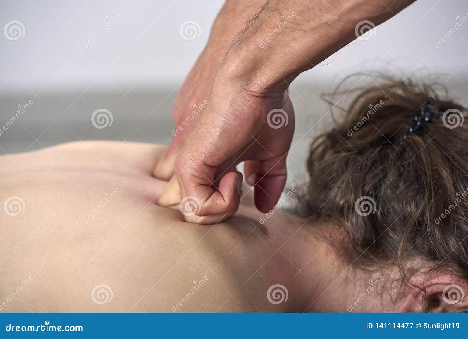 Unga kvinnor som har genomgått ryggstödsjustering för kiropraktik Fysikaliebehandling, rehabilitering av idrottsskador Osteopati,