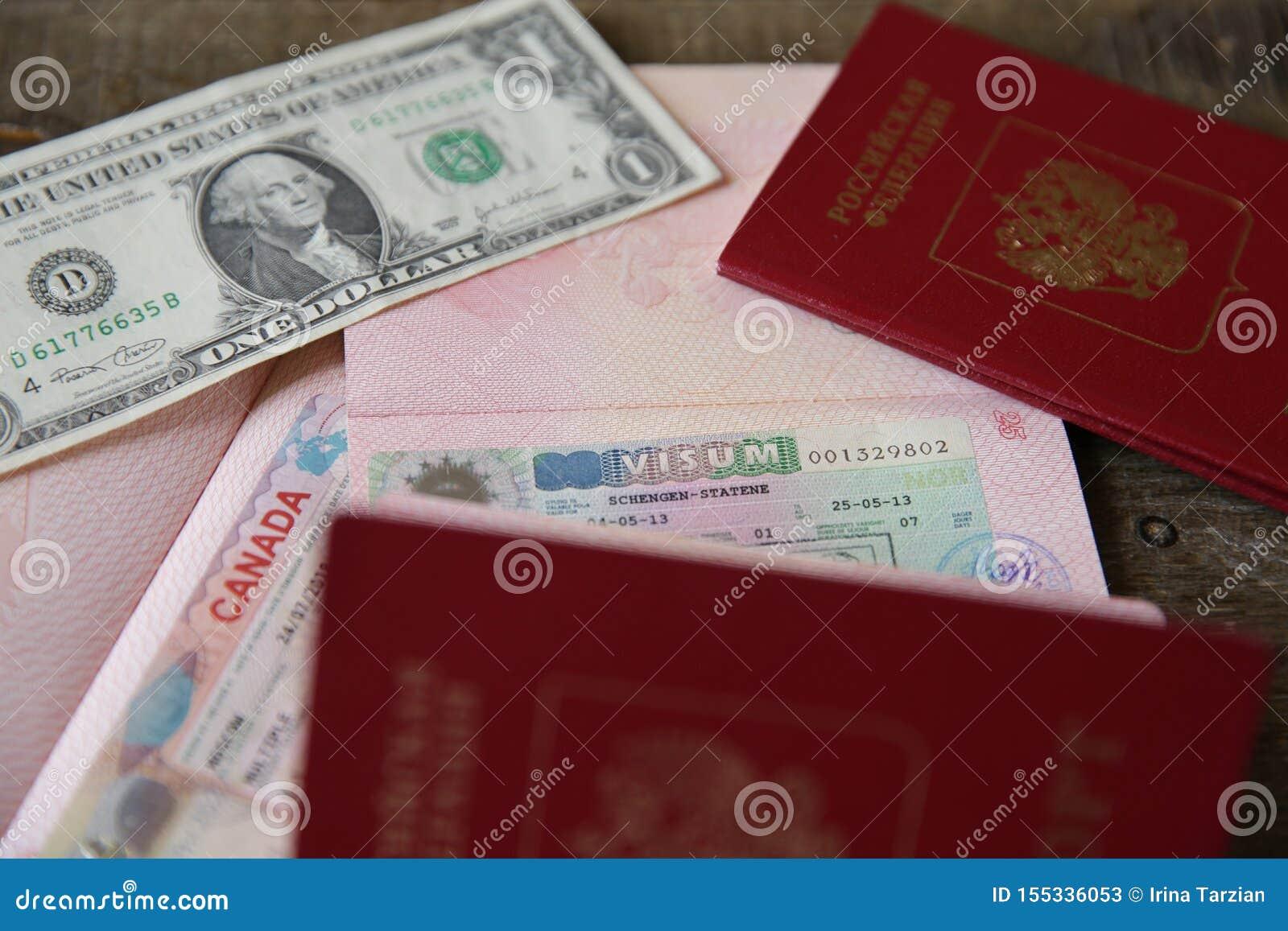 Rosyjski paszport z wizą i pieniędzmi kanadyjskimi i Schengen - jeden dolar. Paszport podróżny z wizą. Wakacje i podróże