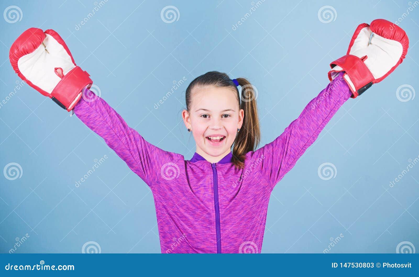?e?ski bokser Sporta wychowanie Boksowa? zapewnia surow? dyscyplin? Dziewczyna ?liczny bokser na b??kitnym tle Przeciwie?stwo