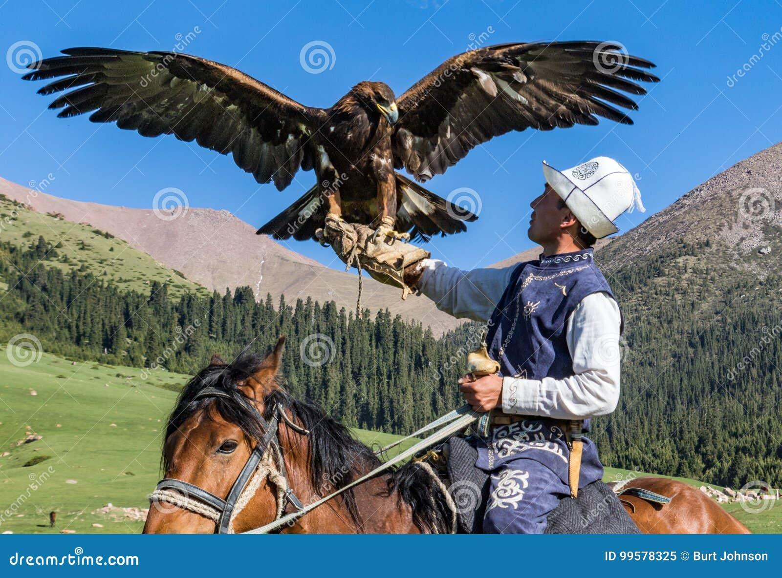 Eagle Hunter rymmer hans örnar på hästrygg, ordnar till för att ta flyg