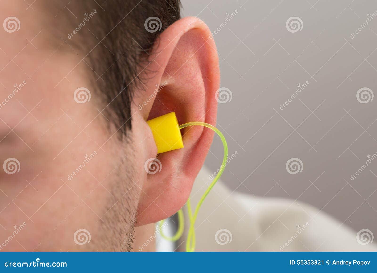 Earplug giallo nell orecchio
