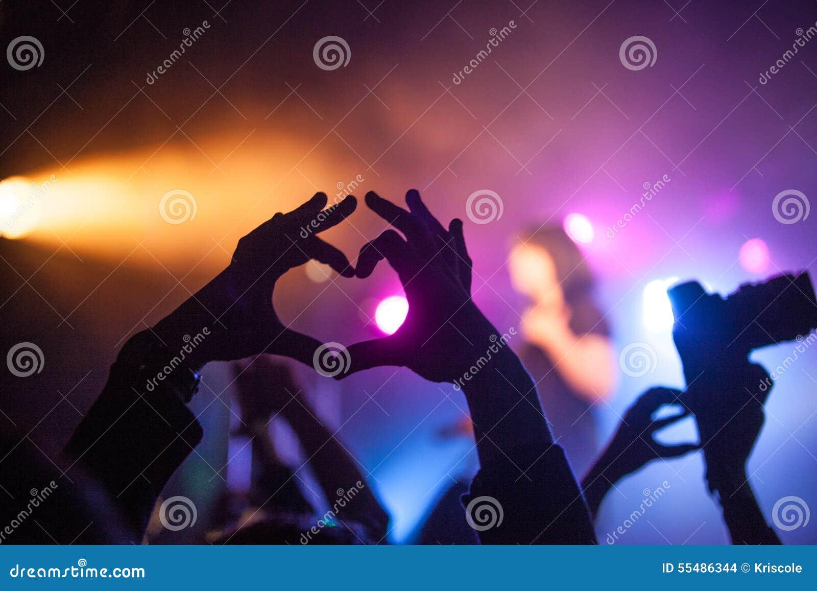 ? eart, Leute zeigen ihre Liebe, die Hände, die oben auf musikalisches Konzert angehoben werden