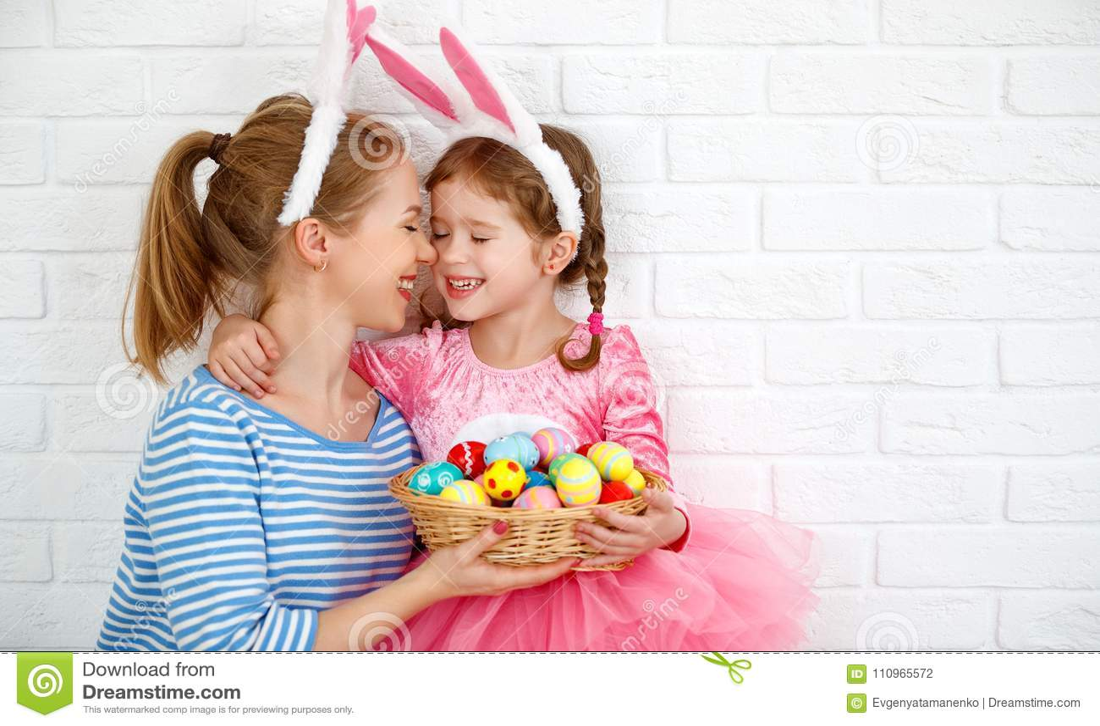 Easter feliz! mãe da família e filha da criança com o ge da lebre das orelhas