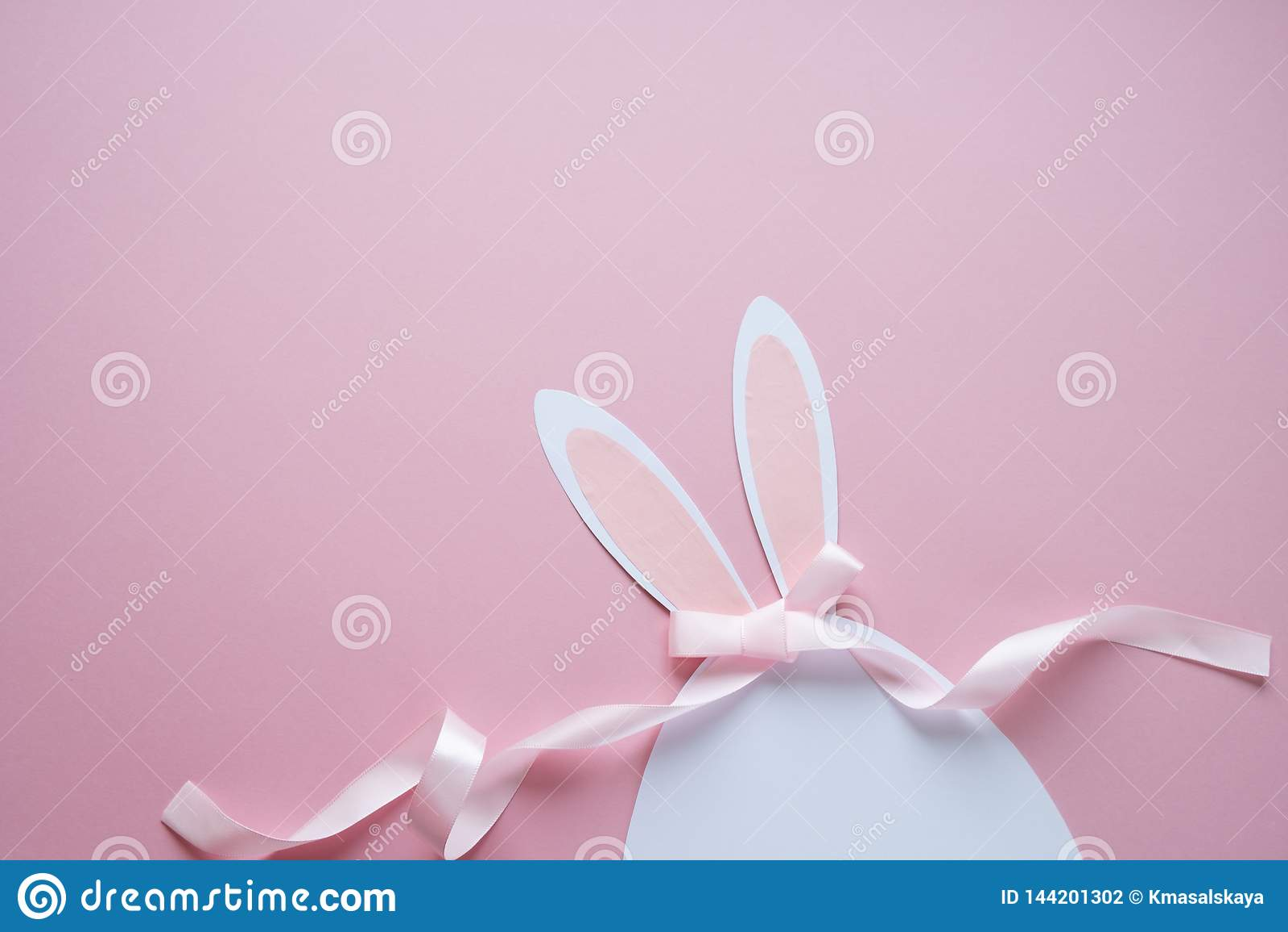Easter feliz Ovo da páscoa feito do papel no fundo cor-de-rosa
