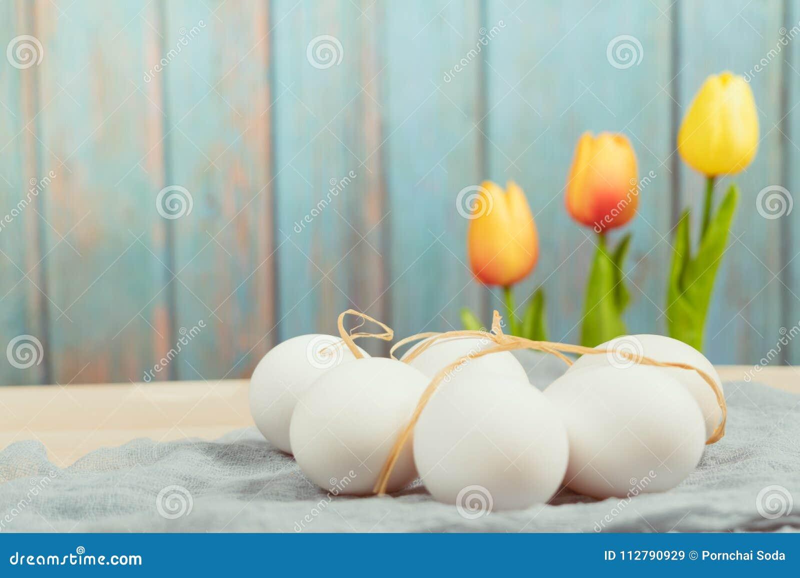 Easter feliz, ovos da páscoa orgânicos espera a pintura, decorações do feriado de easter, fundos do conceito de easter com espaço