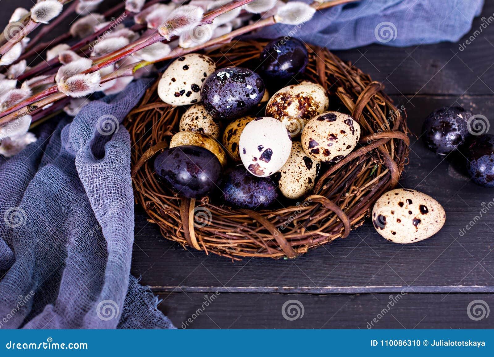 Easter livstid fortfarande Guld- ägg över grön lutningbakgrund
