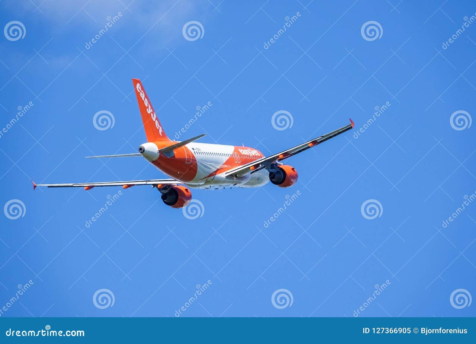 Easyjet, airbus A319 - απογείωση 111 στα άσπρα σύννεφα και μπλε ουρανός