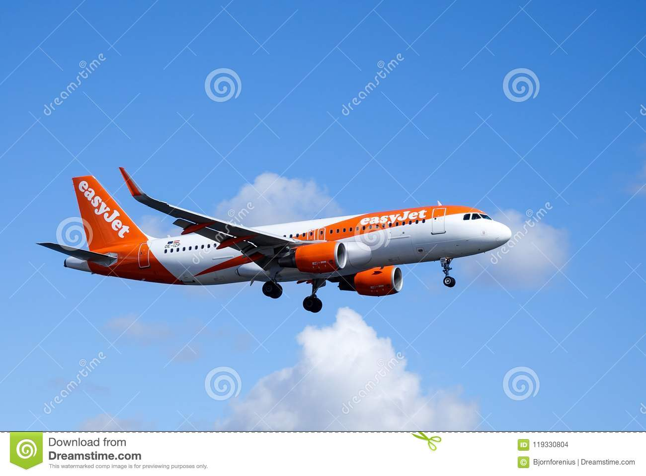 Easyjet, Airbus A320 - 214 flying