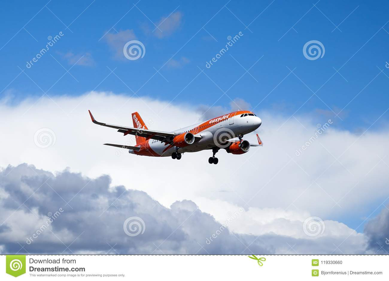 Easyjet flygbuss A320 - 214 som flyger