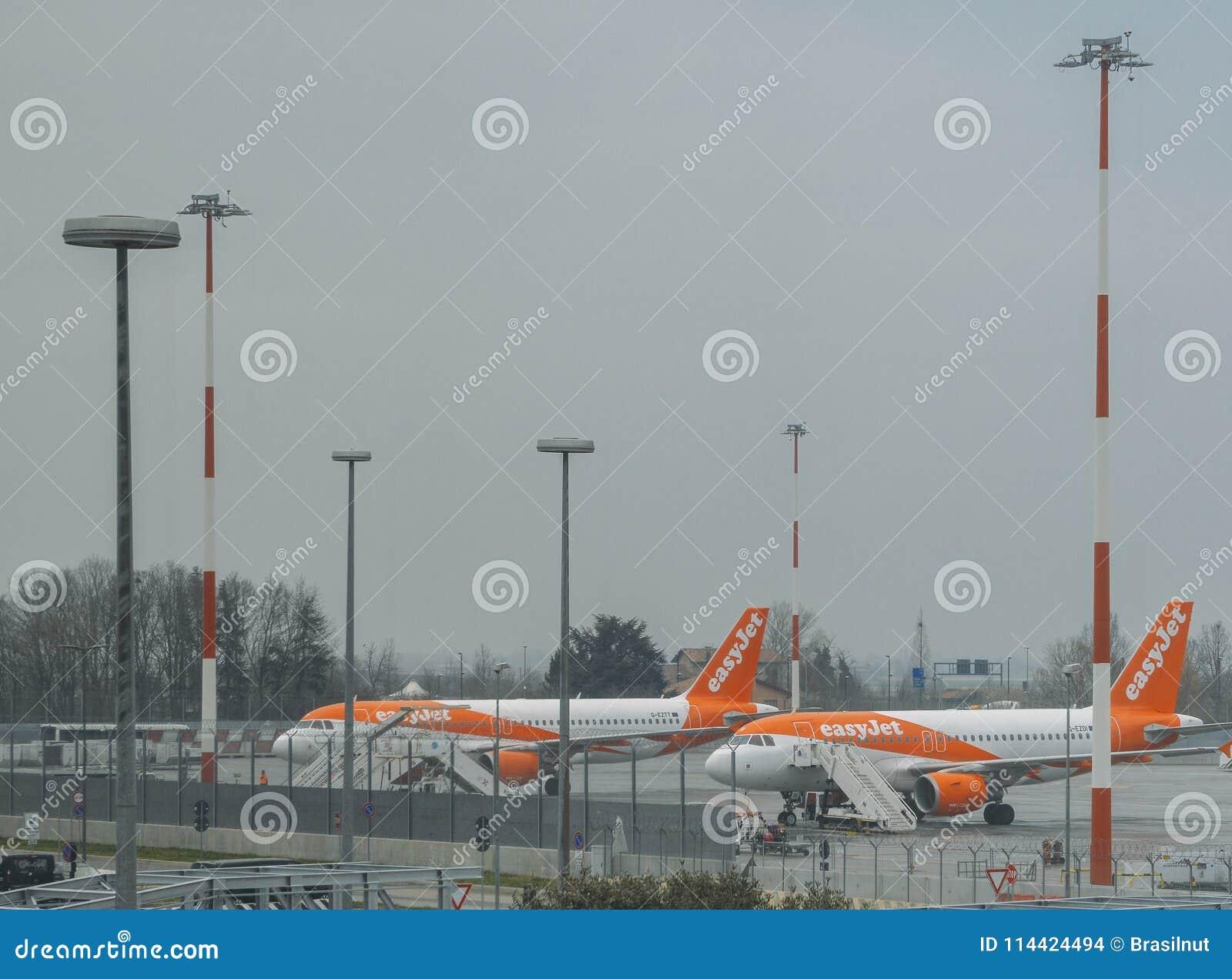 EasyJet flygplan på grov asfaltbeläggning på Venedig ` s Marco Polo International Airport