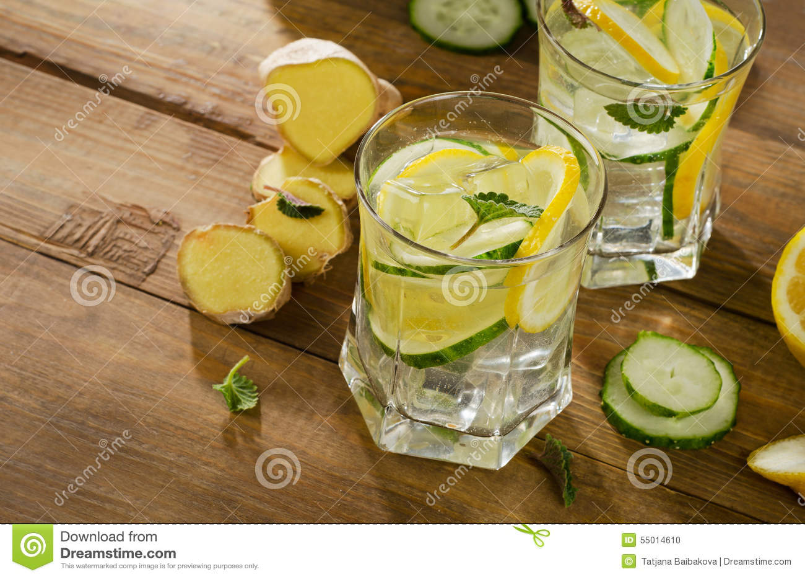 eau douce avec le citron la menthe le gingembre et le concombre sur un en bois photo stock. Black Bedroom Furniture Sets. Home Design Ideas