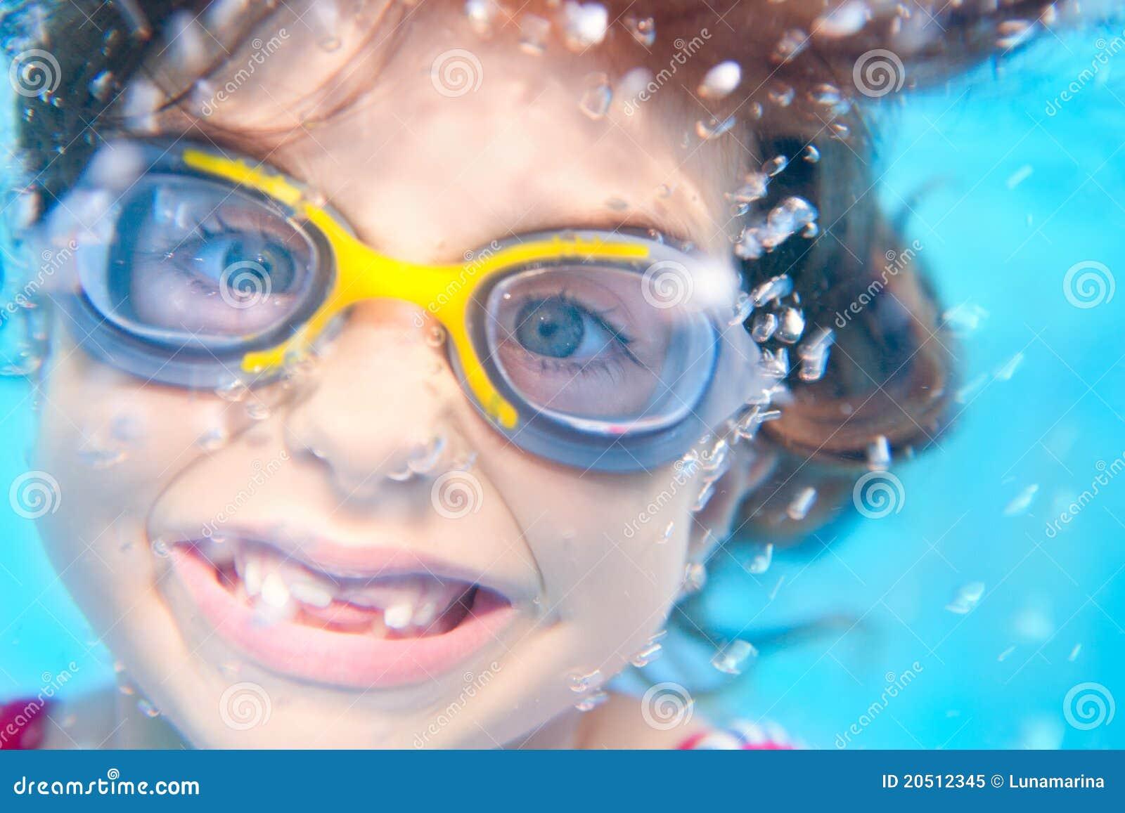 Eau du fond drôle de fille d enfants avec des lunettes