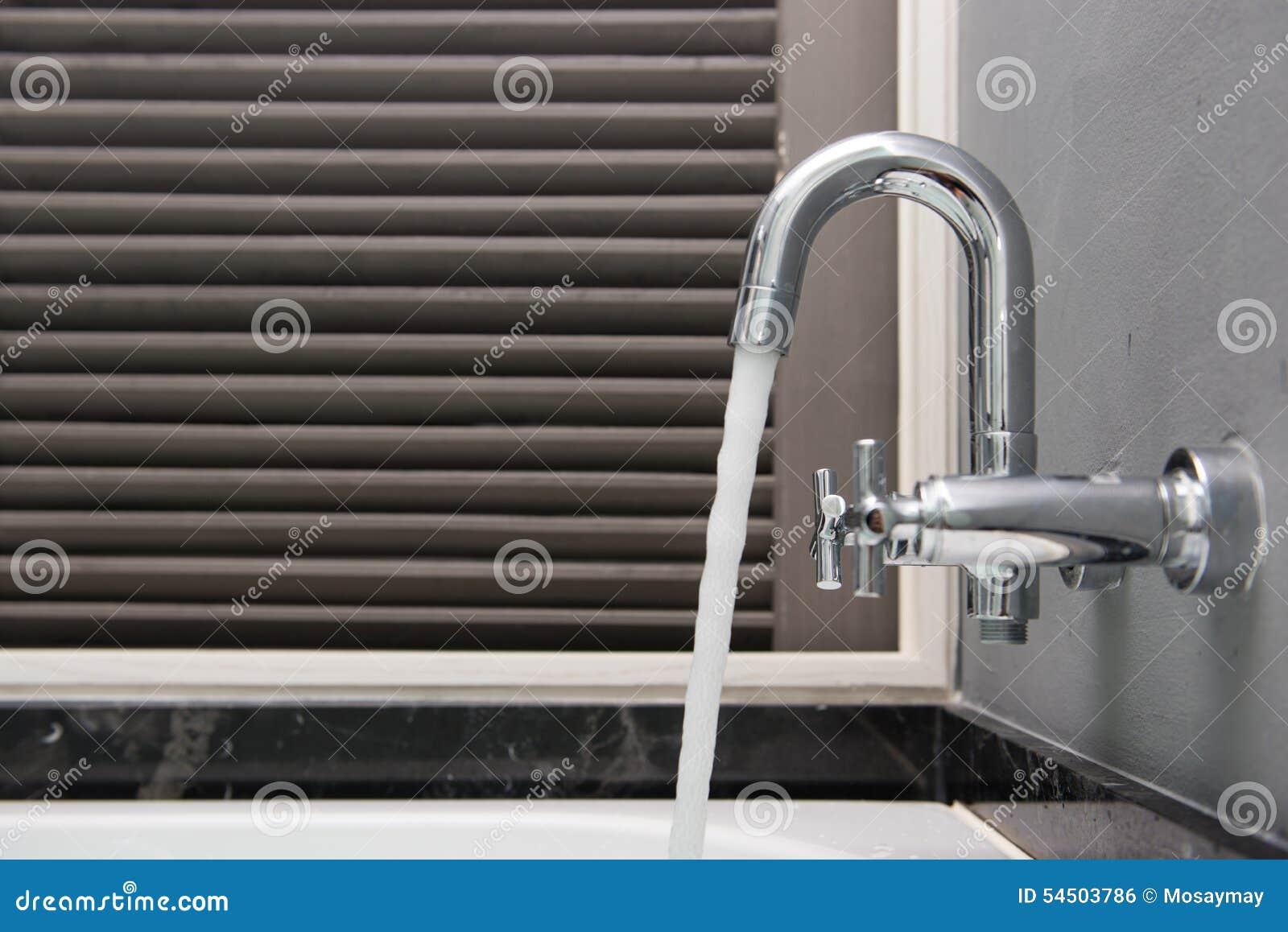 Eau libre de robinet dans la salle de bains