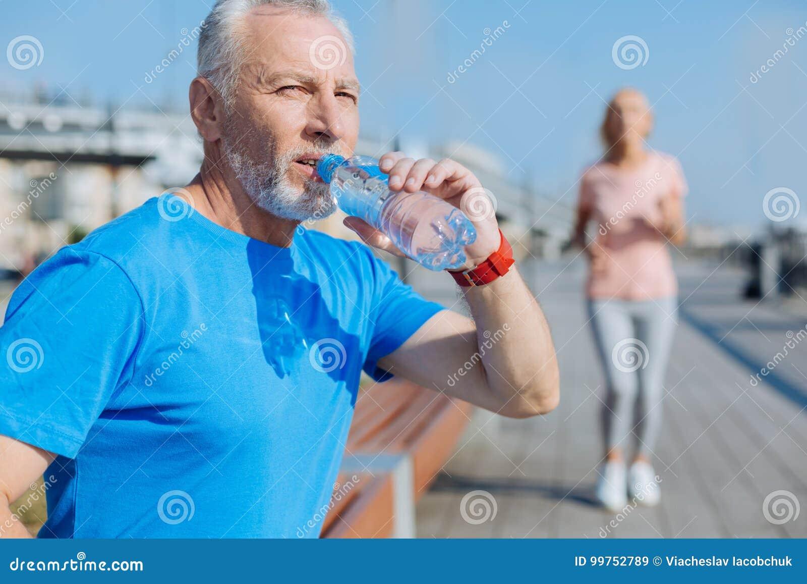Eau potable d homme sportif après course de matin