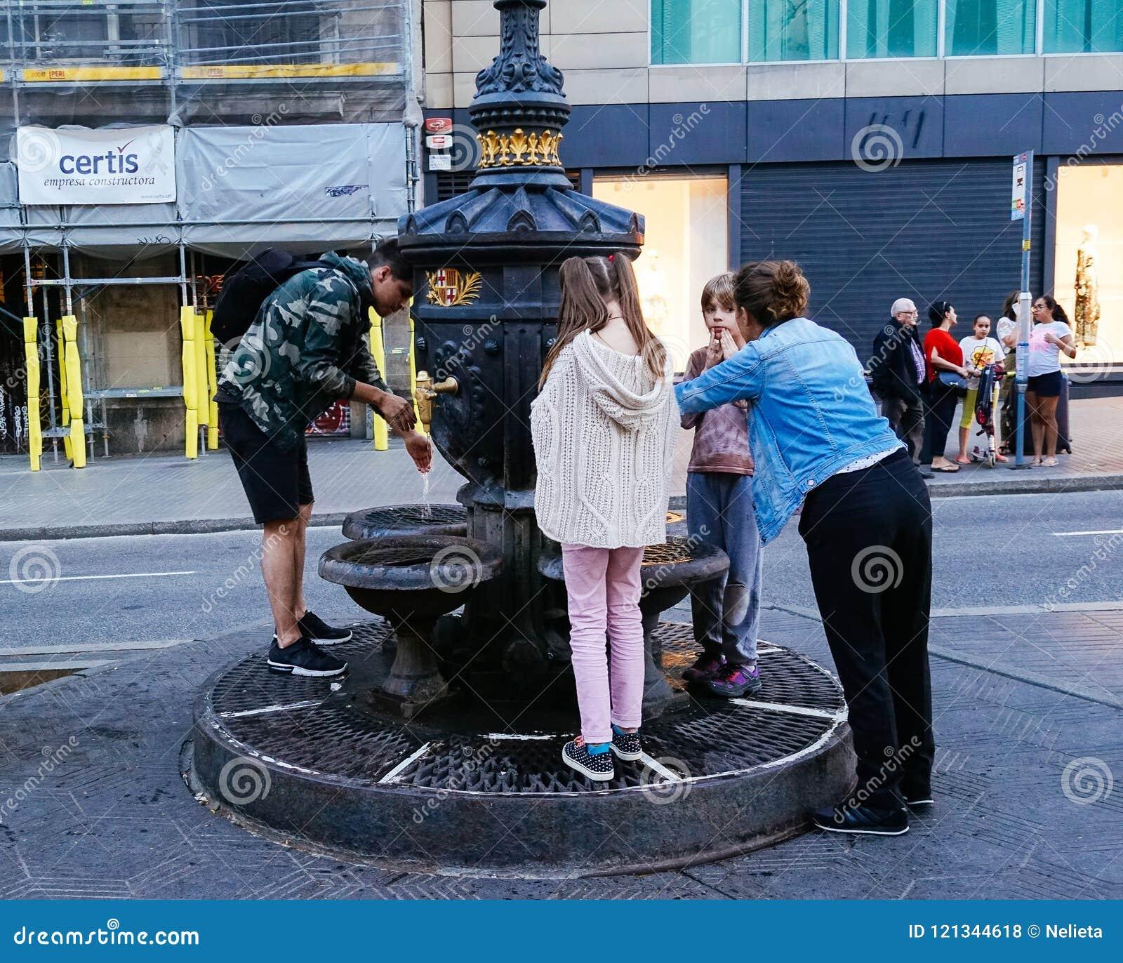 Eau potable de gens du pays de la fontaine de Canaletas