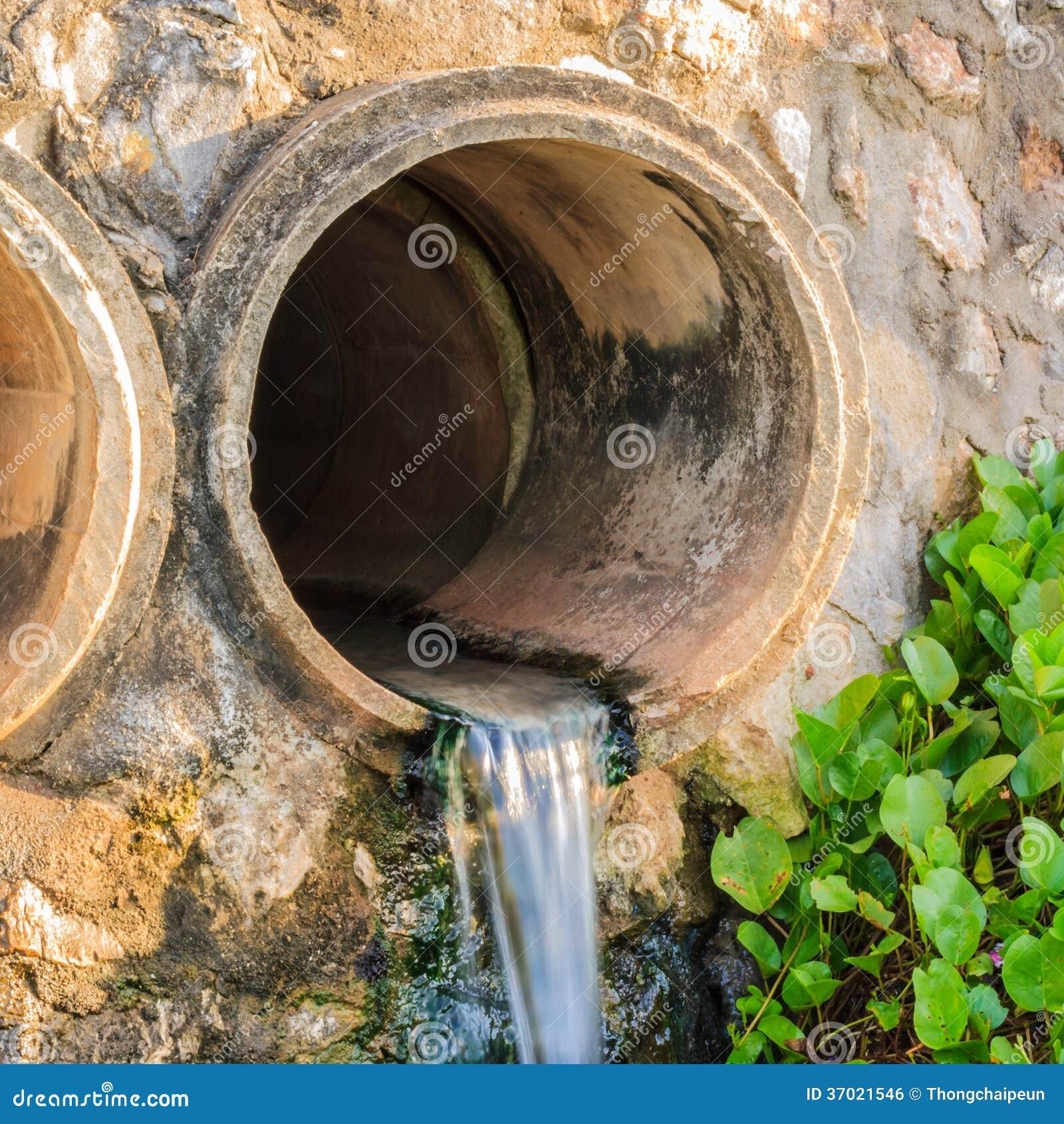eaux d 39 gout de tuyau d 39 vacuation photo stock image du industrie sewage 37021546. Black Bedroom Furniture Sets. Home Design Ideas