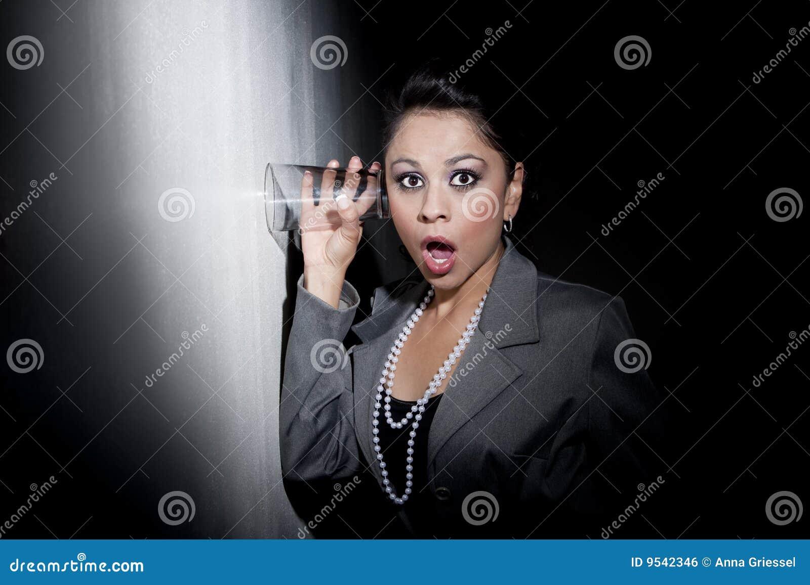 Eavesdr玻璃西班牙相当对使用妇女年轻人