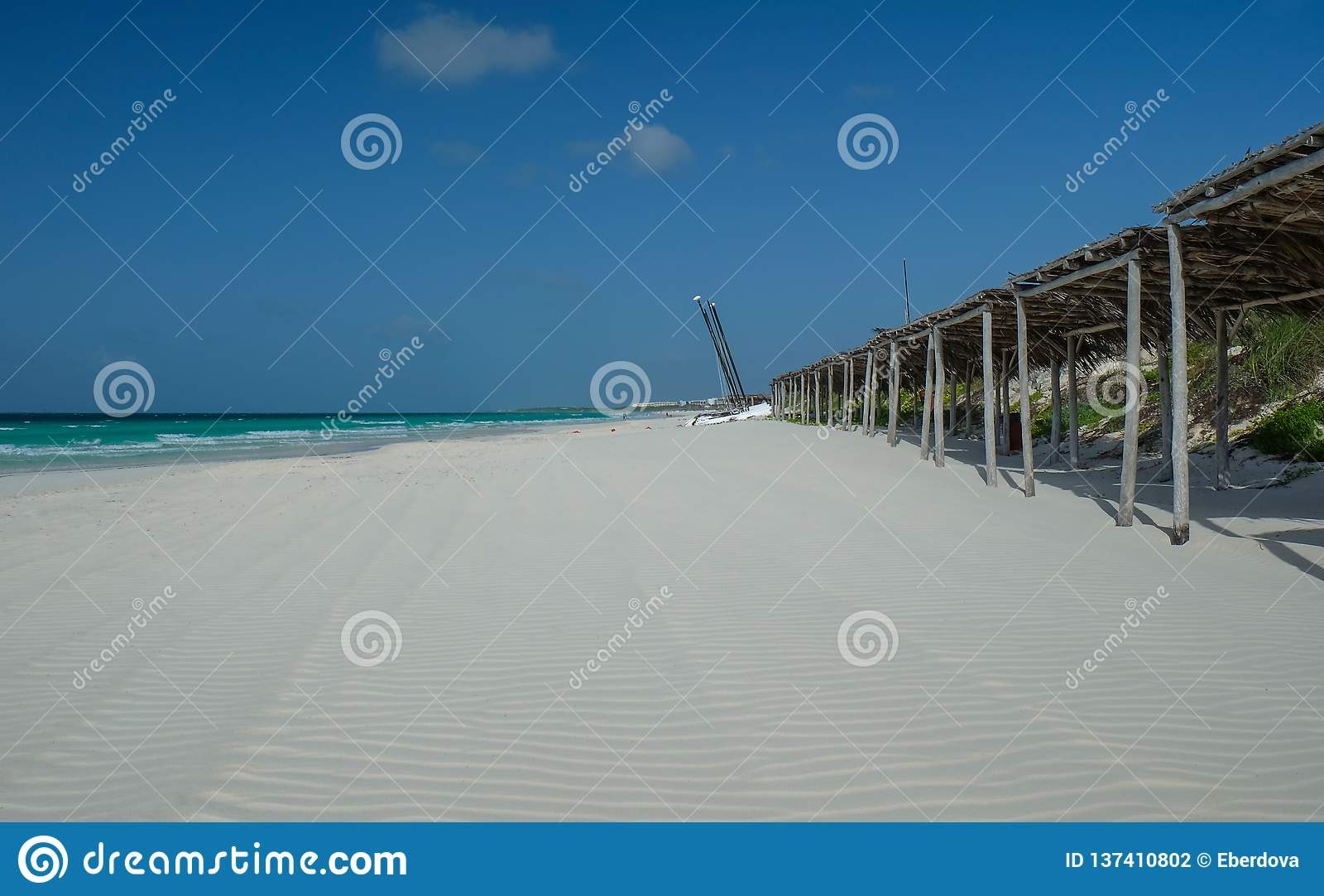 Eb bij eindeloos wit zand Cubaans strand