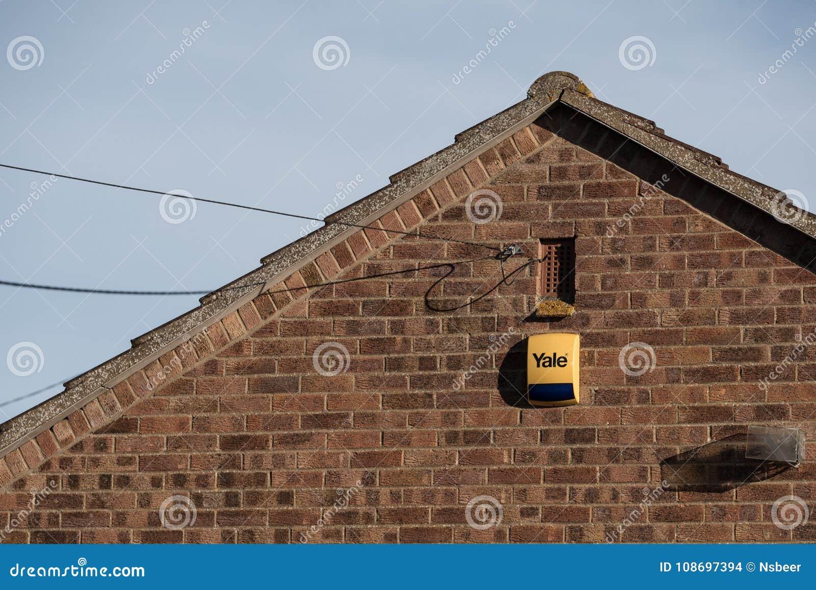 Eben installiertes Warnungssystem und Kasten gesehen befestigt zur äußeren Wand eines Hauses