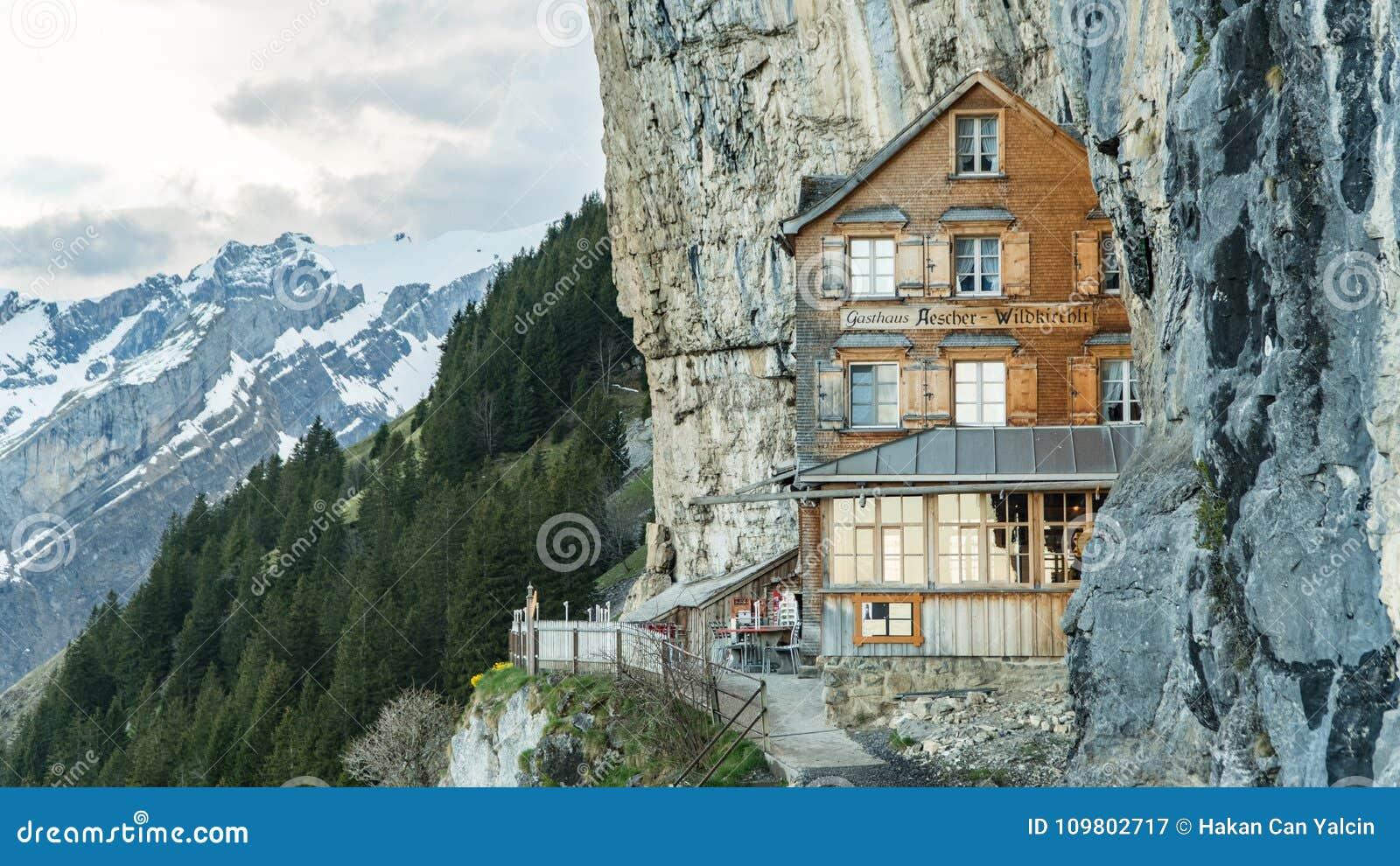 Ebenalp avec sa falaise et auberge célèbres Aescher de Gasthaus