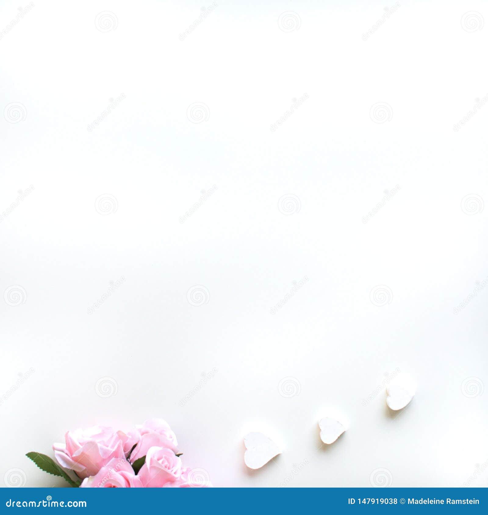 Ebene legen mit verschiedenen Zus?tzen; Blumenblumenstrau?, rosa Rosen, offenes Buch, Bibel
