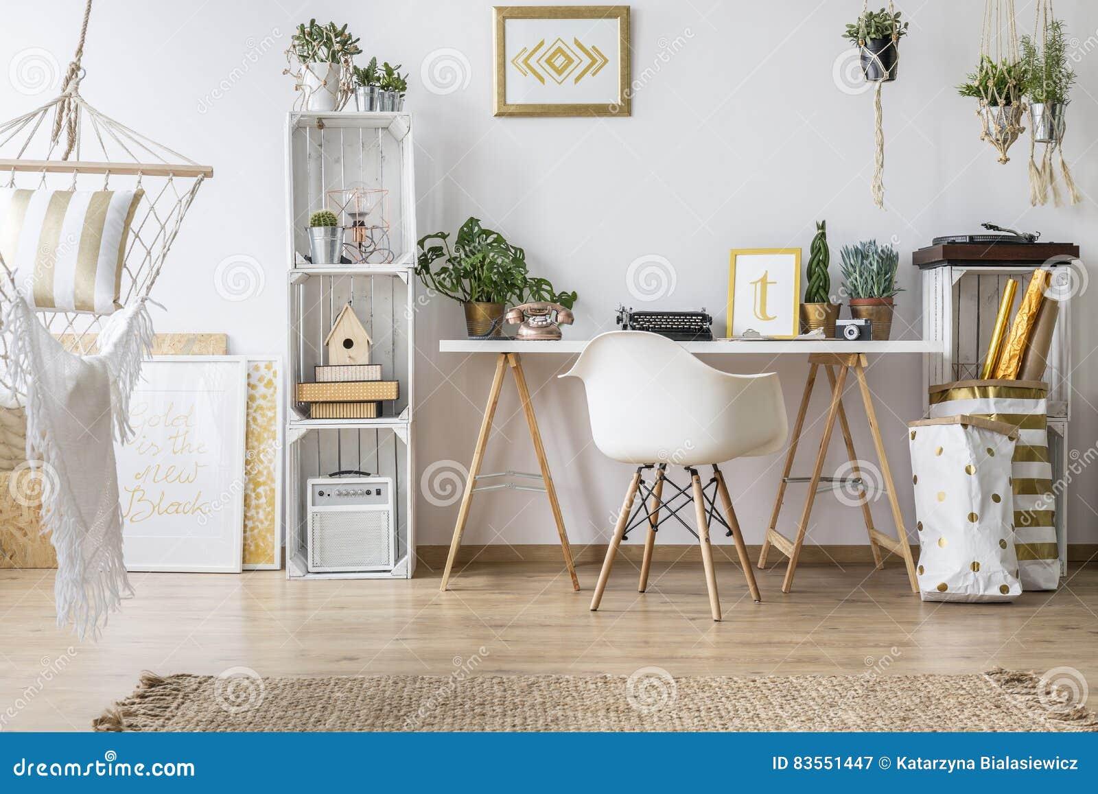 ebene mit schreibtisch und stuhl stockbild bild von beleuchtung nordisch 83551447. Black Bedroom Furniture Sets. Home Design Ideas
