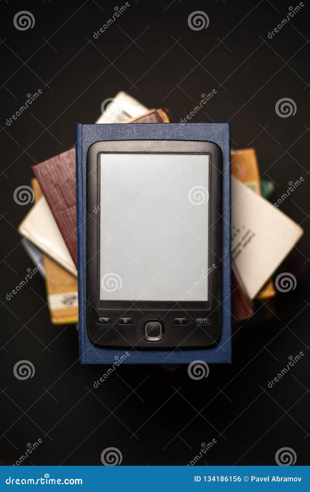 EBook auf einem Stapel gewöhnlichen Papierbüchern