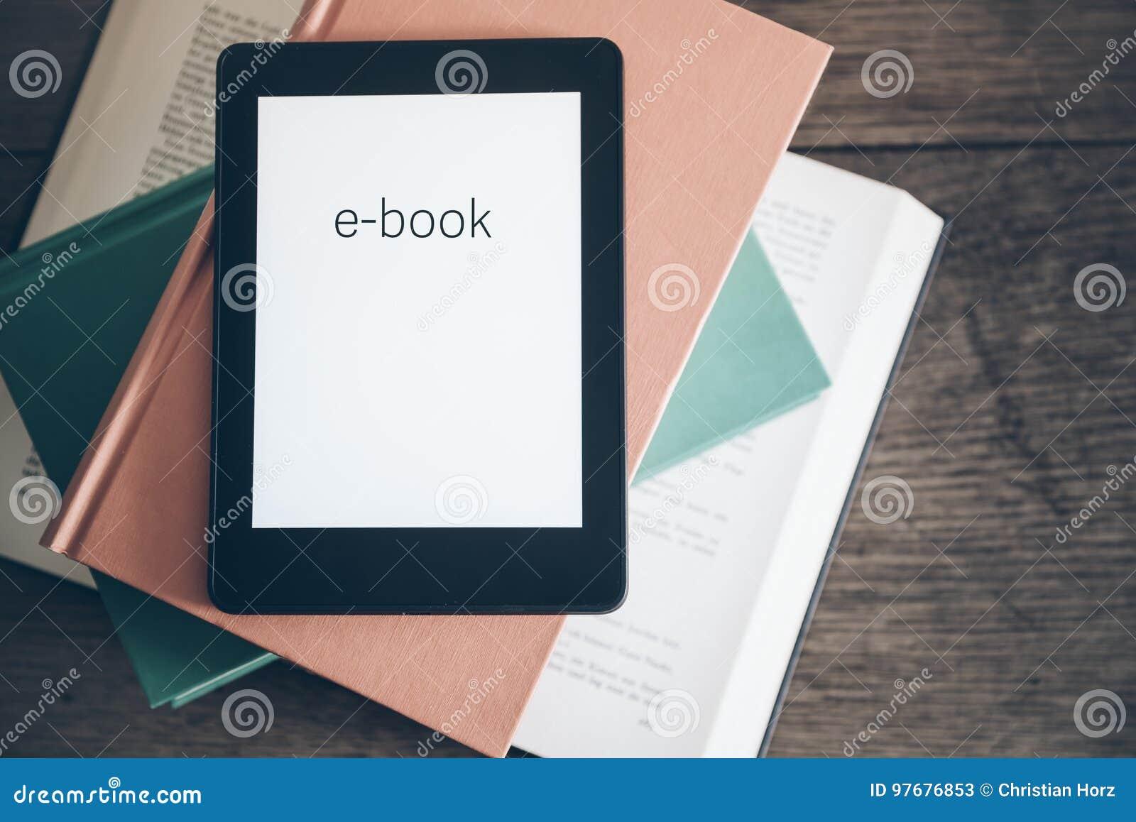 EBook avläsare på en bunt av böcker