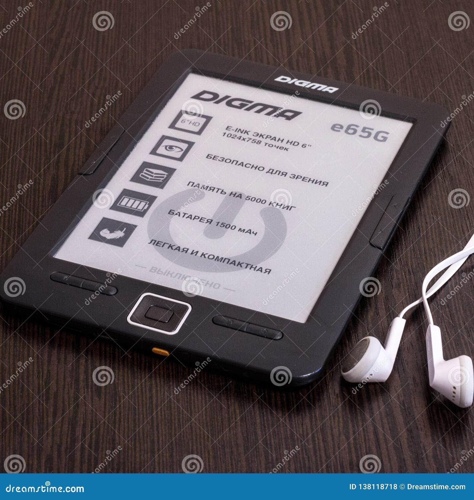 EBook Digma et écouteurs sur la table