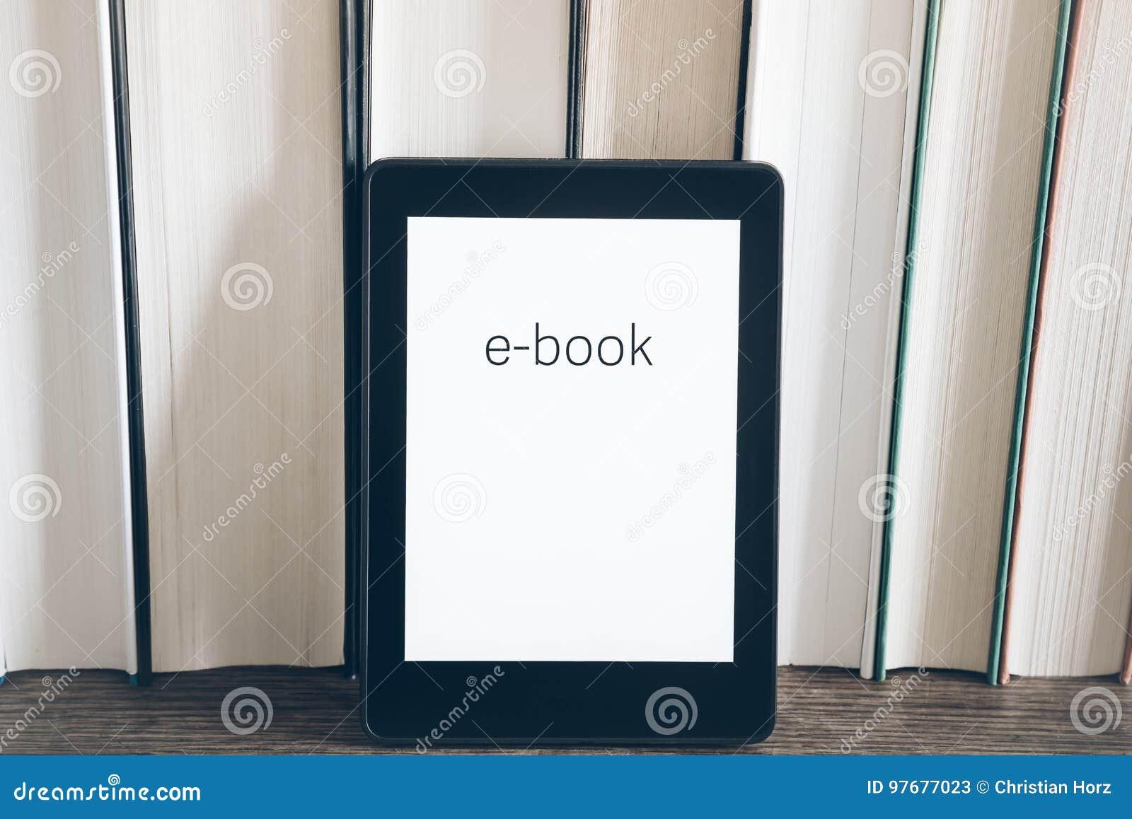 EBook-Leser auf einem Stapel Büchern