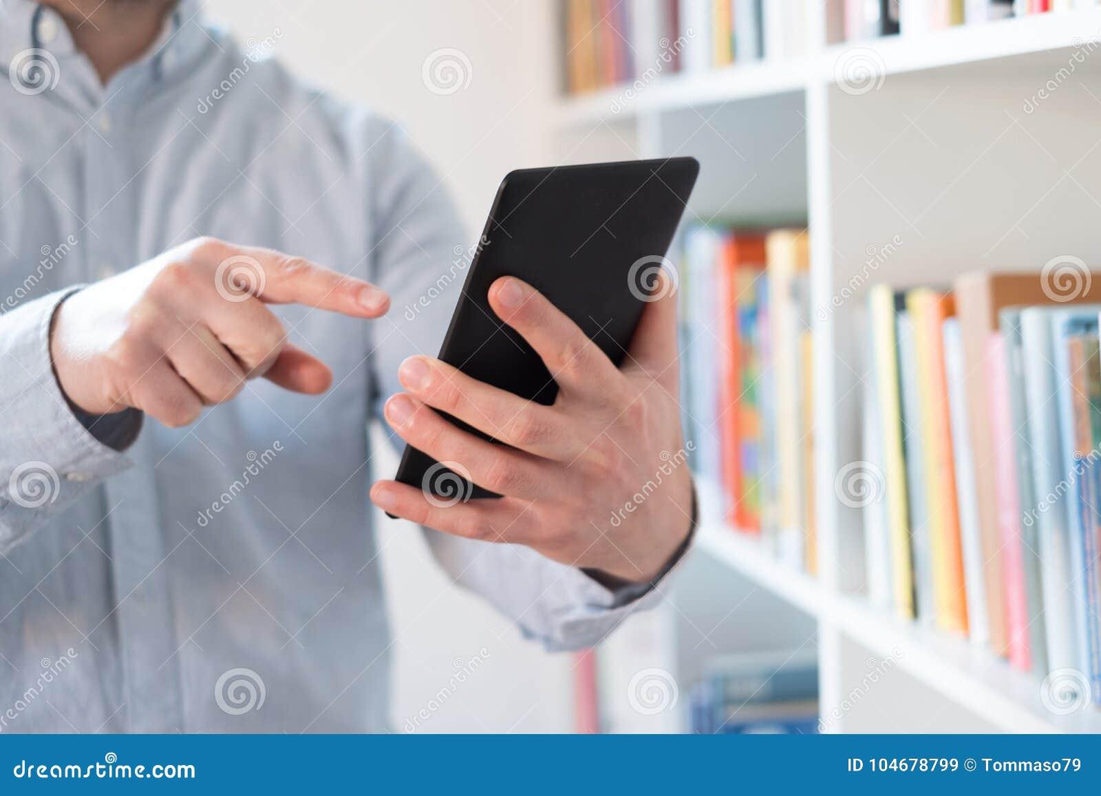 EBook-Leser in den Händen in einer Buchhandlung