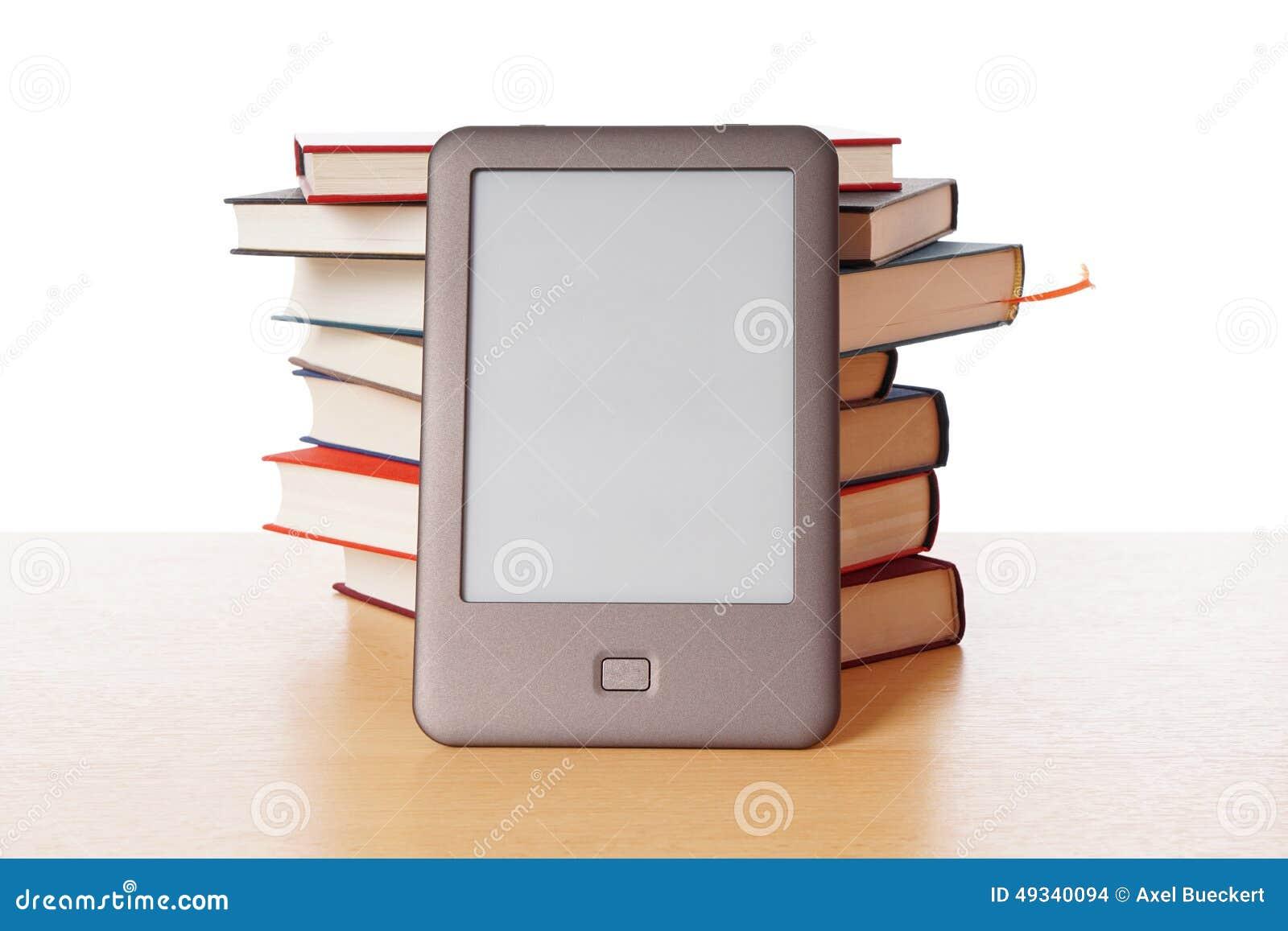 Ebook-Leser gegen Stapel von Büchern