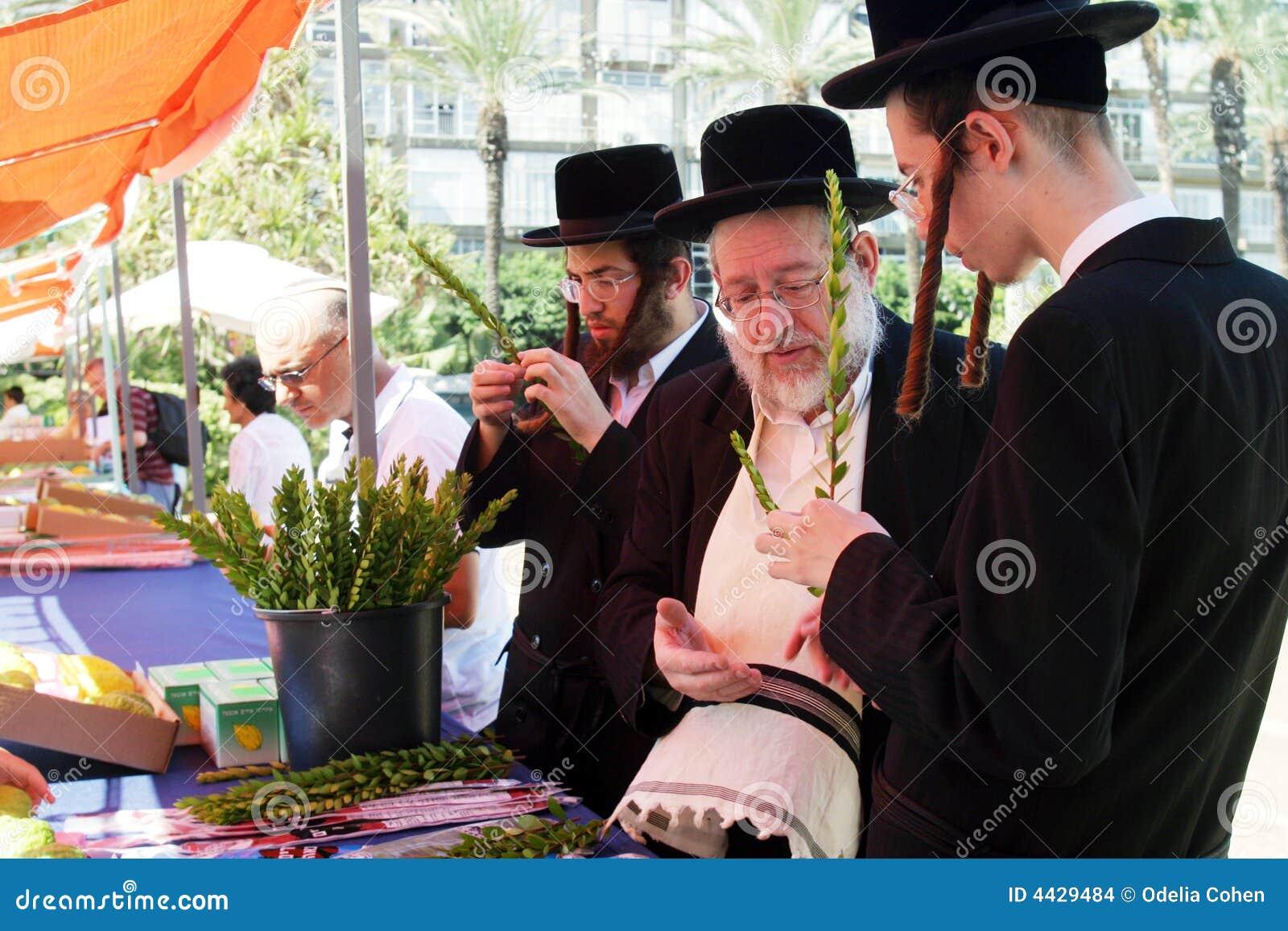 Ebrei Ortodossi Che Preparano Per Sukkoth Immagine Stock