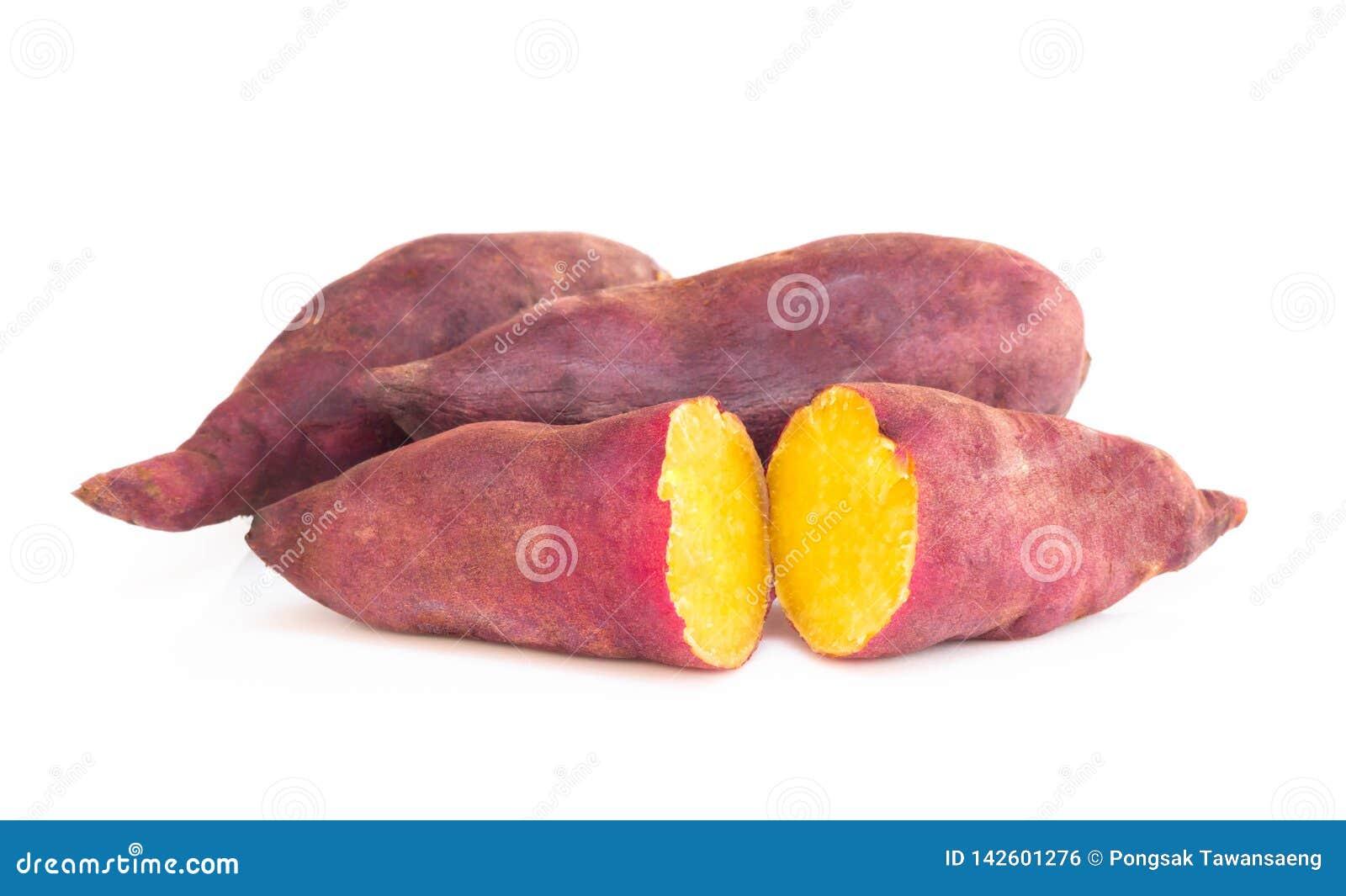Ebullición de la patata dulce aislada en el fondo blanco, concepto de la dieta sana de la comida