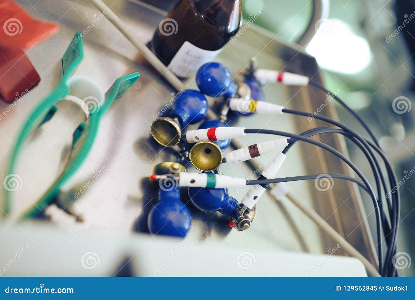 ECG录音的电极医疗tabl铁表面上