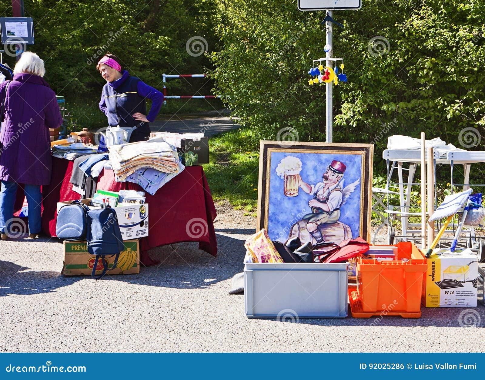 Eching, Duitsland - koopwaar op vertoning bij de lentevlooienmarkt