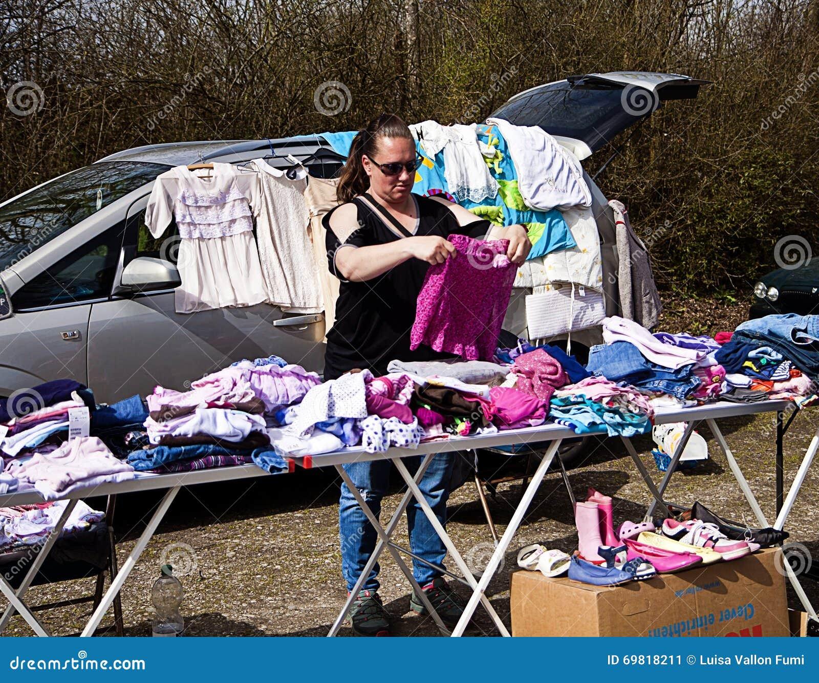 Eching, Duitsland - verkoper met haar markttribune bij openluchtvlo