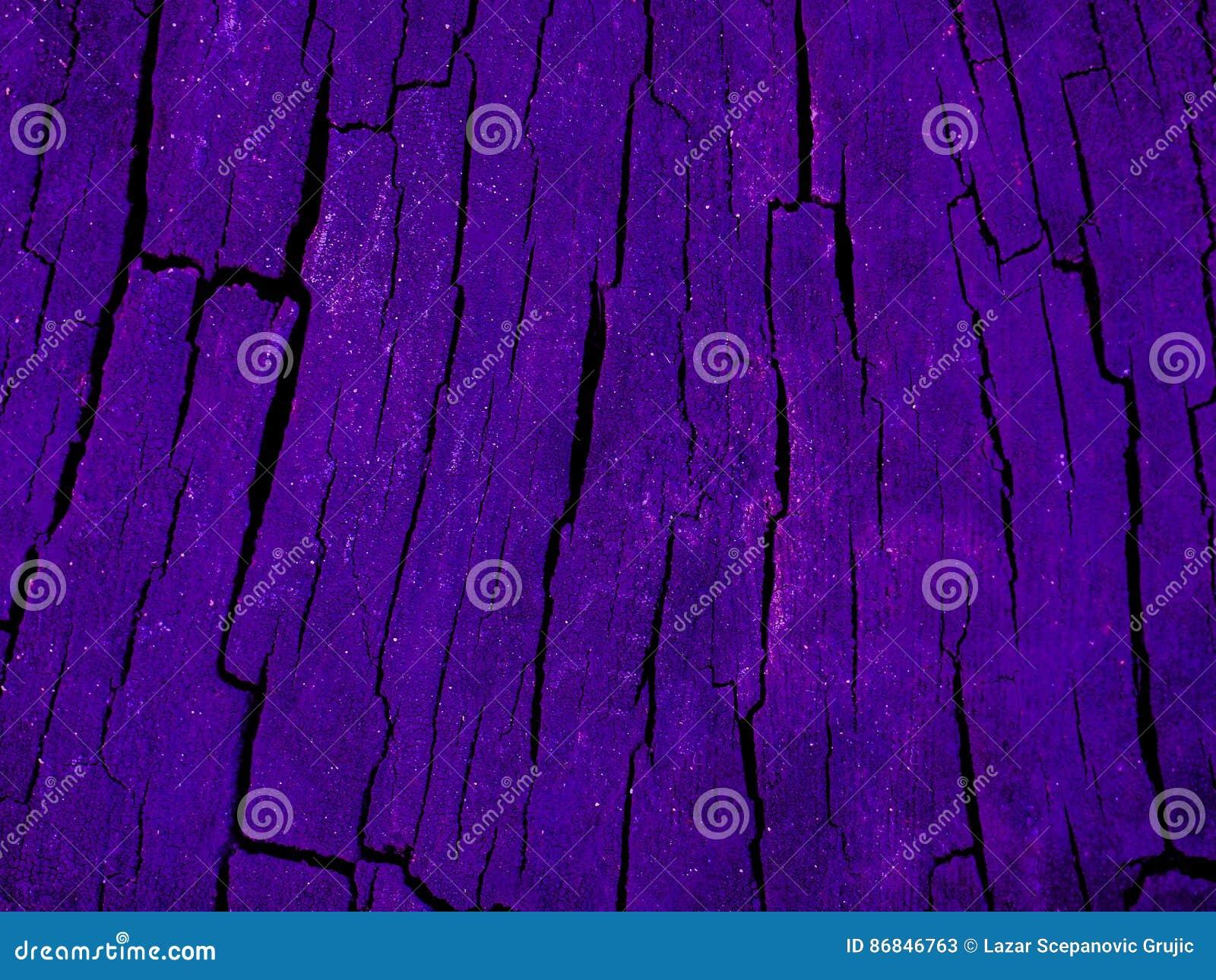 Echt verbazende foto van een close-up houten textuur onder een ultra het gloeien purper licht