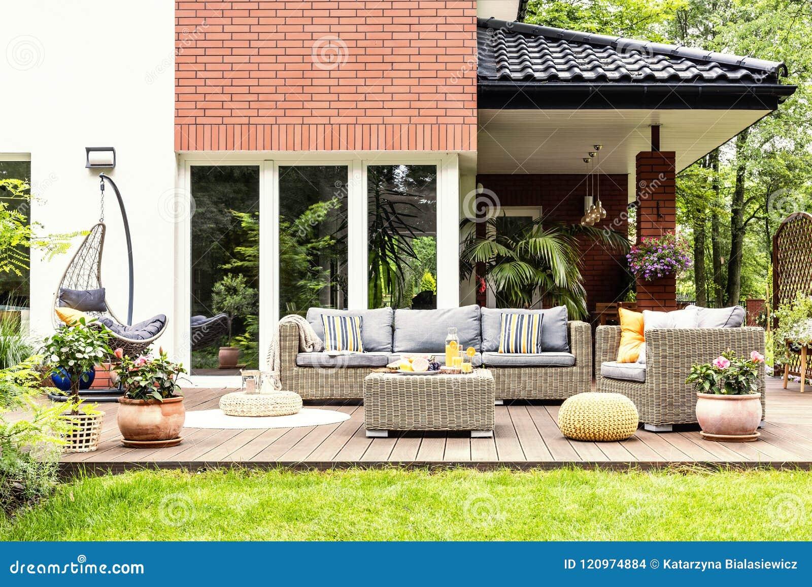 Echte foto van een mooi terras met tuinmeubilair, installaties