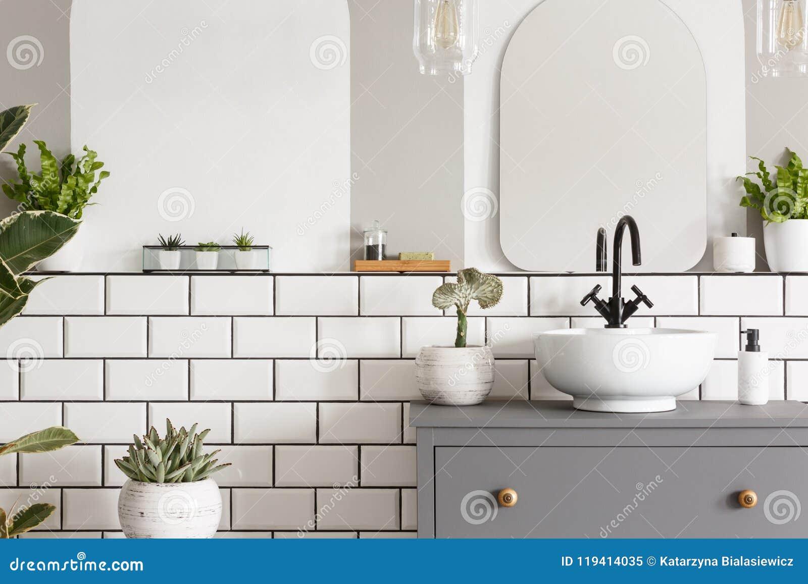 Echte foto van een wasbak op een kast in een badkamers binnenlands