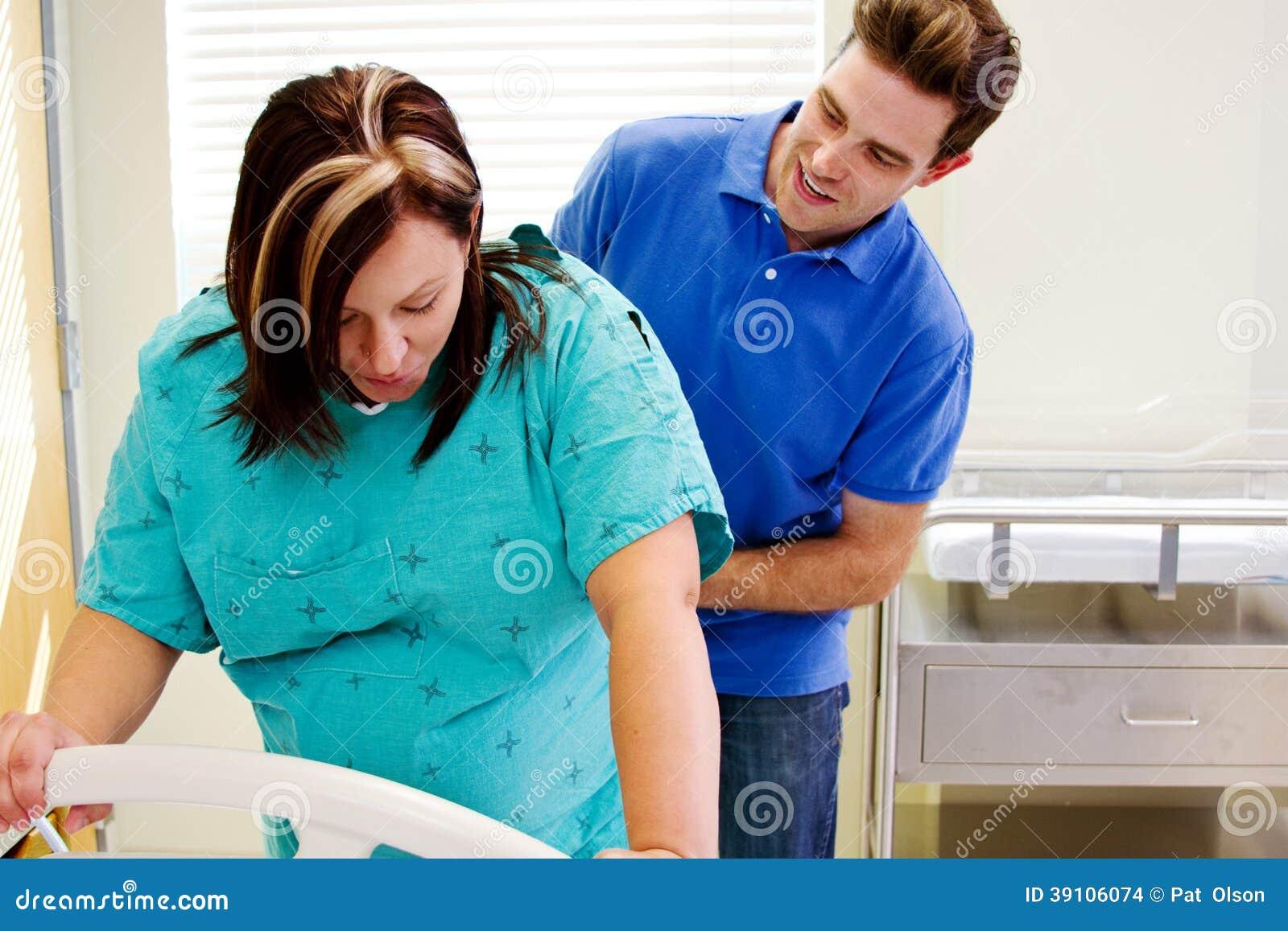 Echtgenoot die binnen met vrouw in arbeid controleren