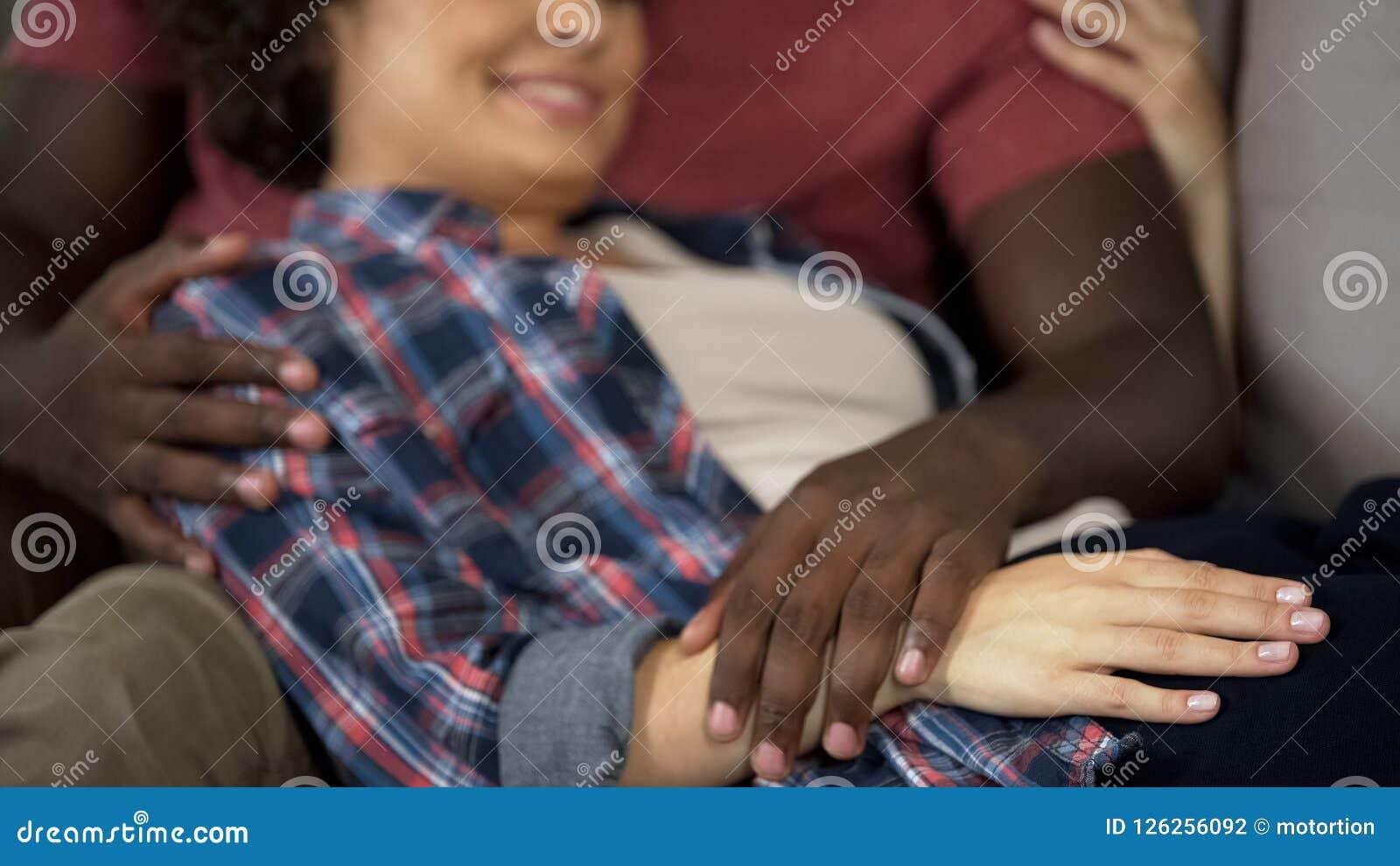 Echtgenoot teder wat betreft buik van zijn zwangere vrouw, gelukkige familie, verwachting