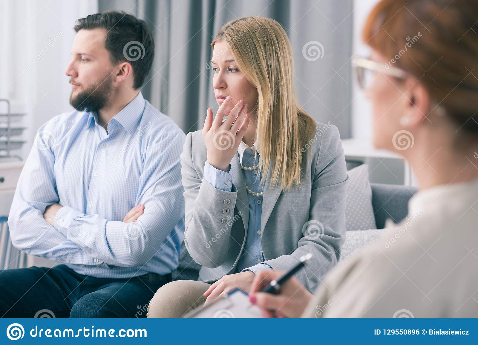 Echtpaar die onwetendheid tonen tijdens een therapiezitting met een psycholoog