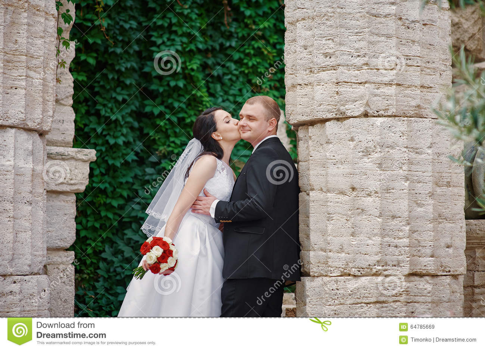 Echtpaar enkel dichtbij de oude Griekse kolommen