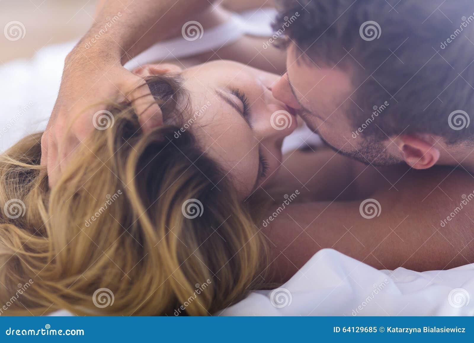 Echtpaar het kussen in bed
