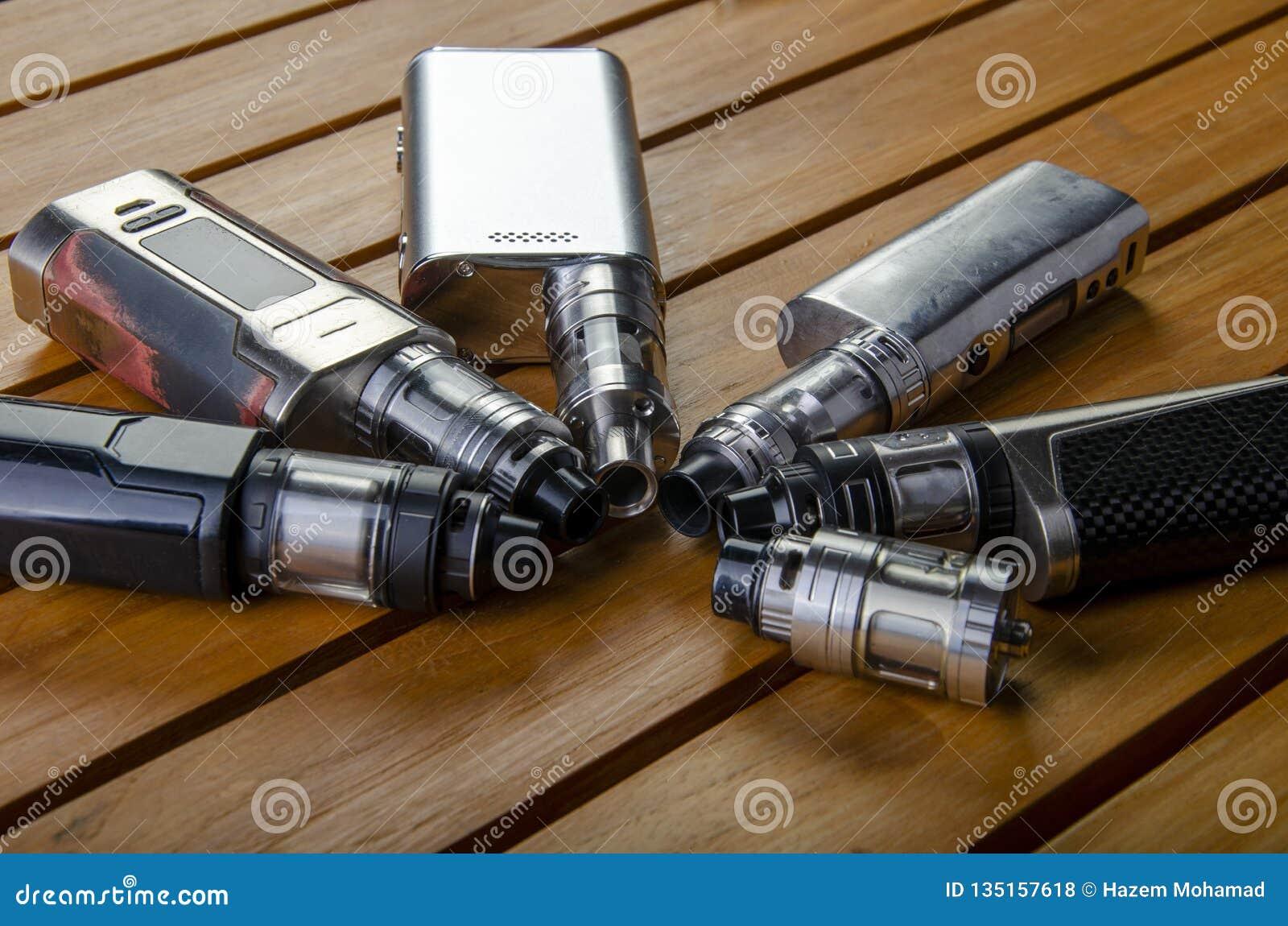 Ecig的电子香烟mods在木背景 vape设备和香烟