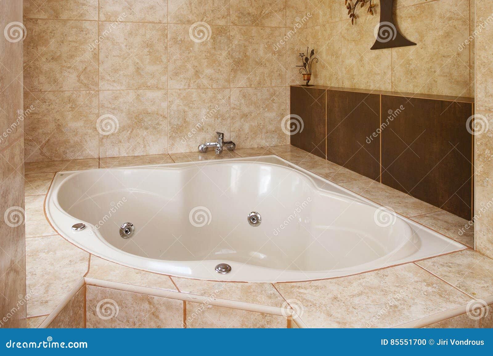 Eckbadewannen-Dekoration im Badezimmer-Innenraum