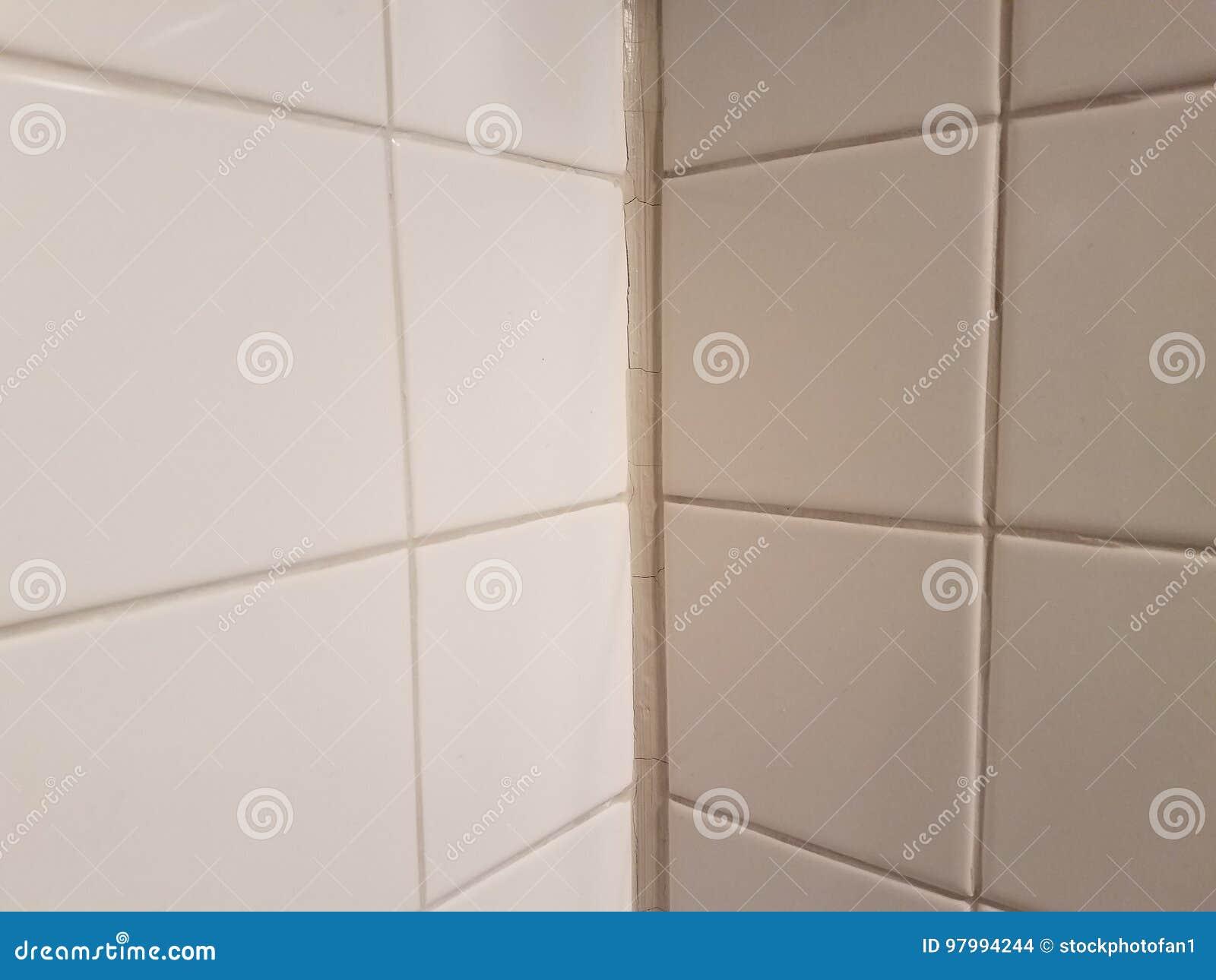 Ecke Im Weißen Fliesenbadezimmer Mit Weiß Kalfatern Stockfoto - Bild ...
