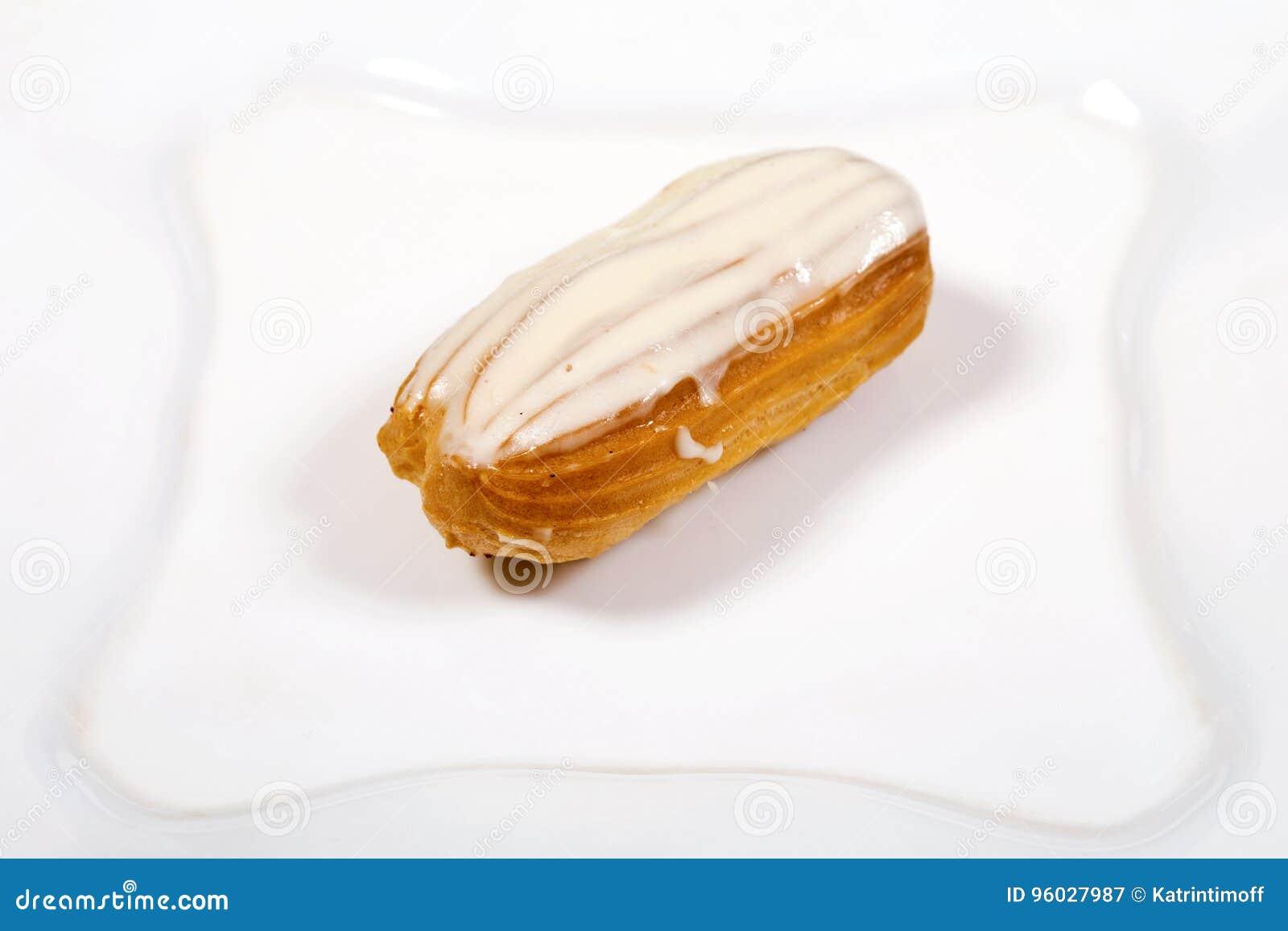 Eclair tort na białym tle