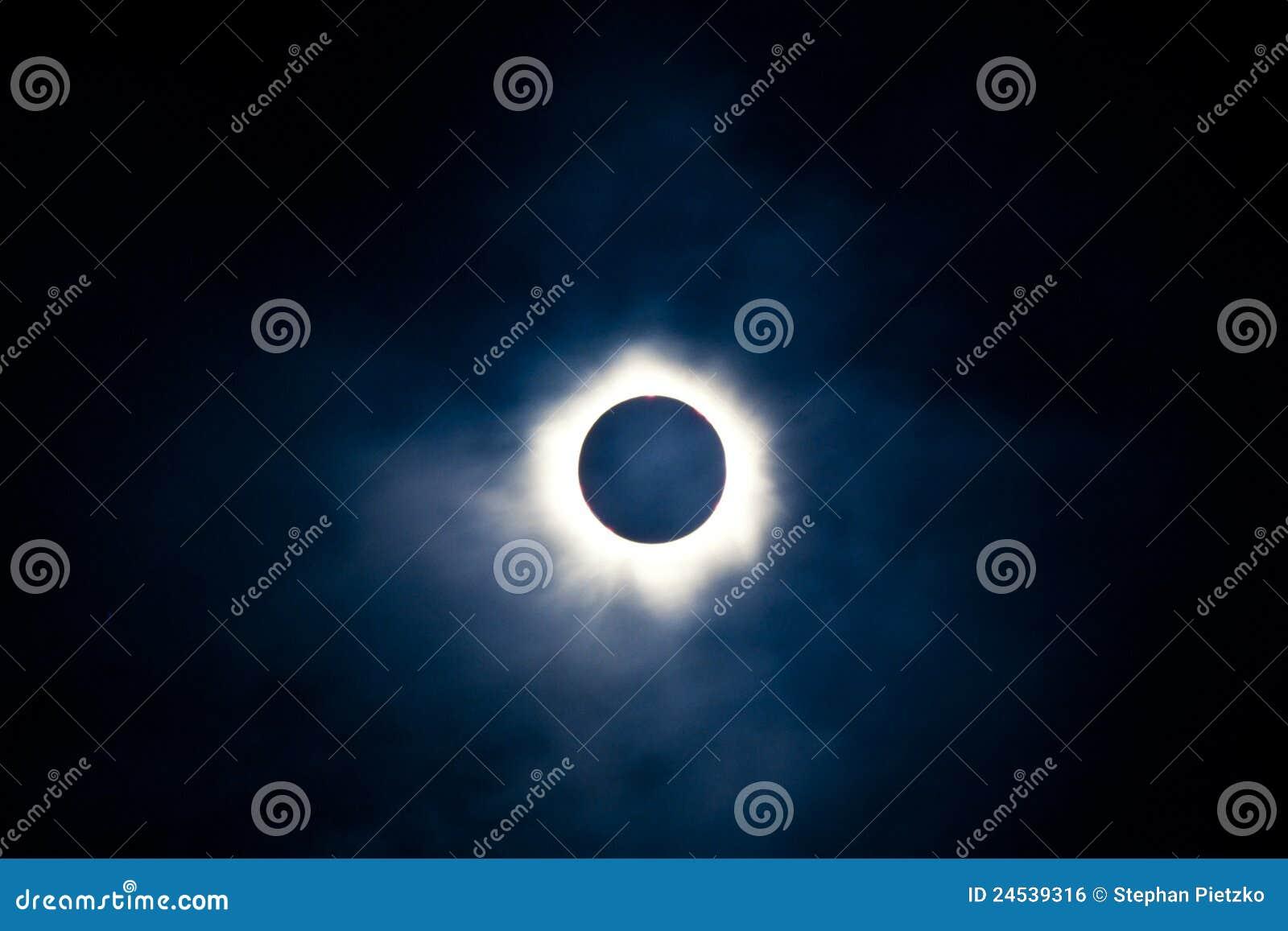 Eclipse solar total com corona visível